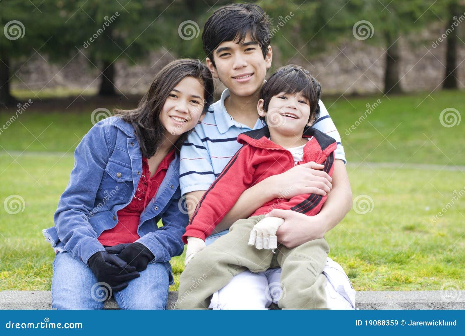 Niños que toman cuidado del hermano lisiado