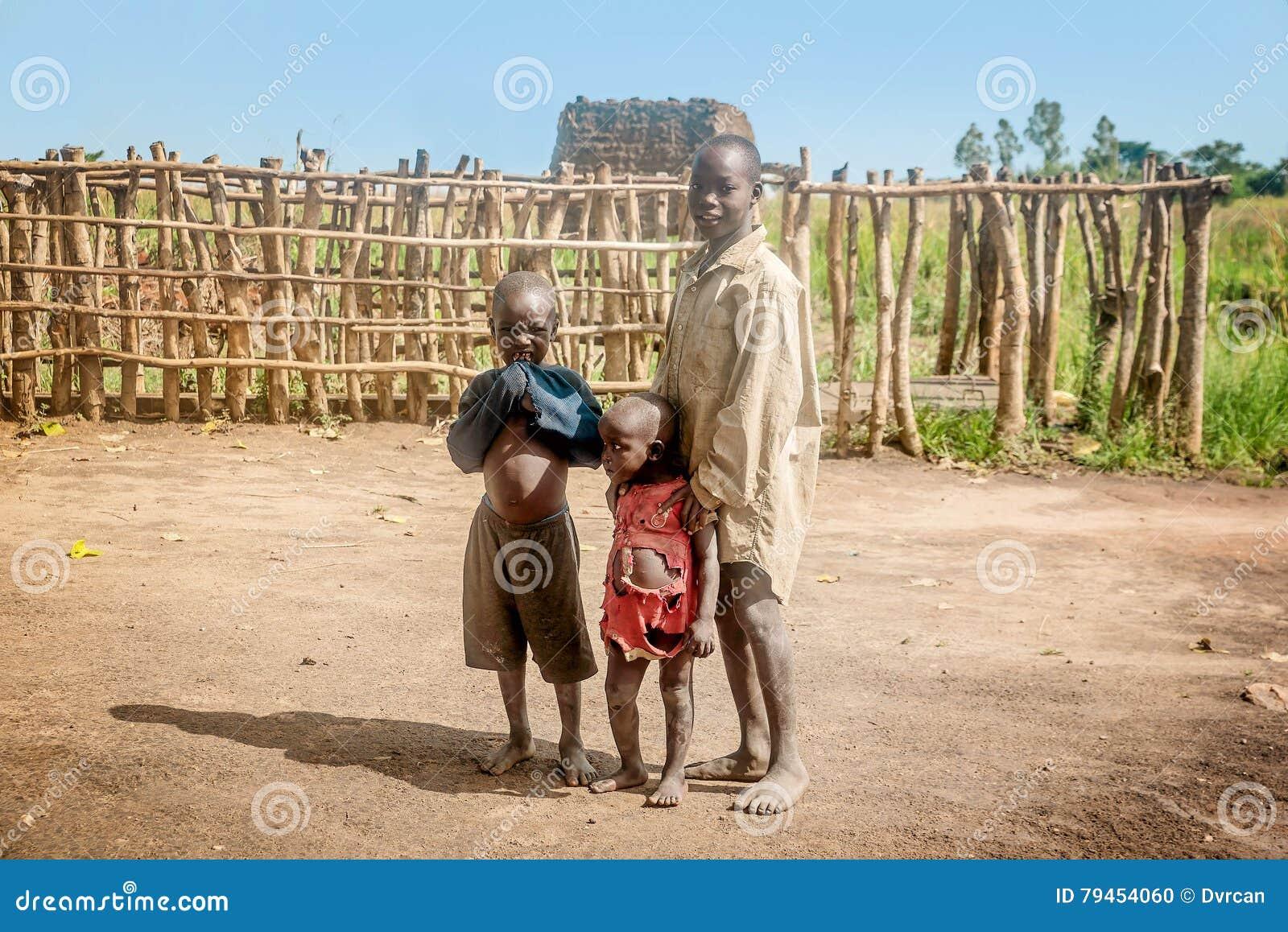 Niños que viven en el pueblo cerca de la ciudad de Mbale en Uganda, África