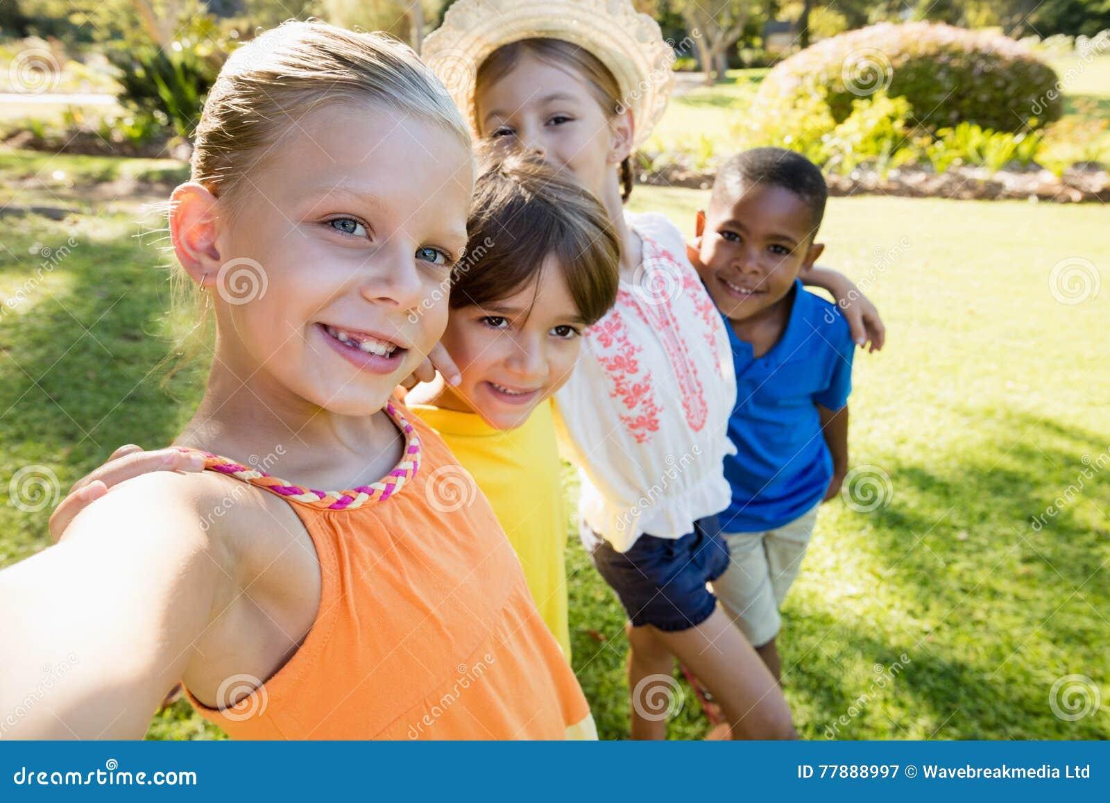 Niños Sonrientes Que Toman El Selfie Foto de archivo