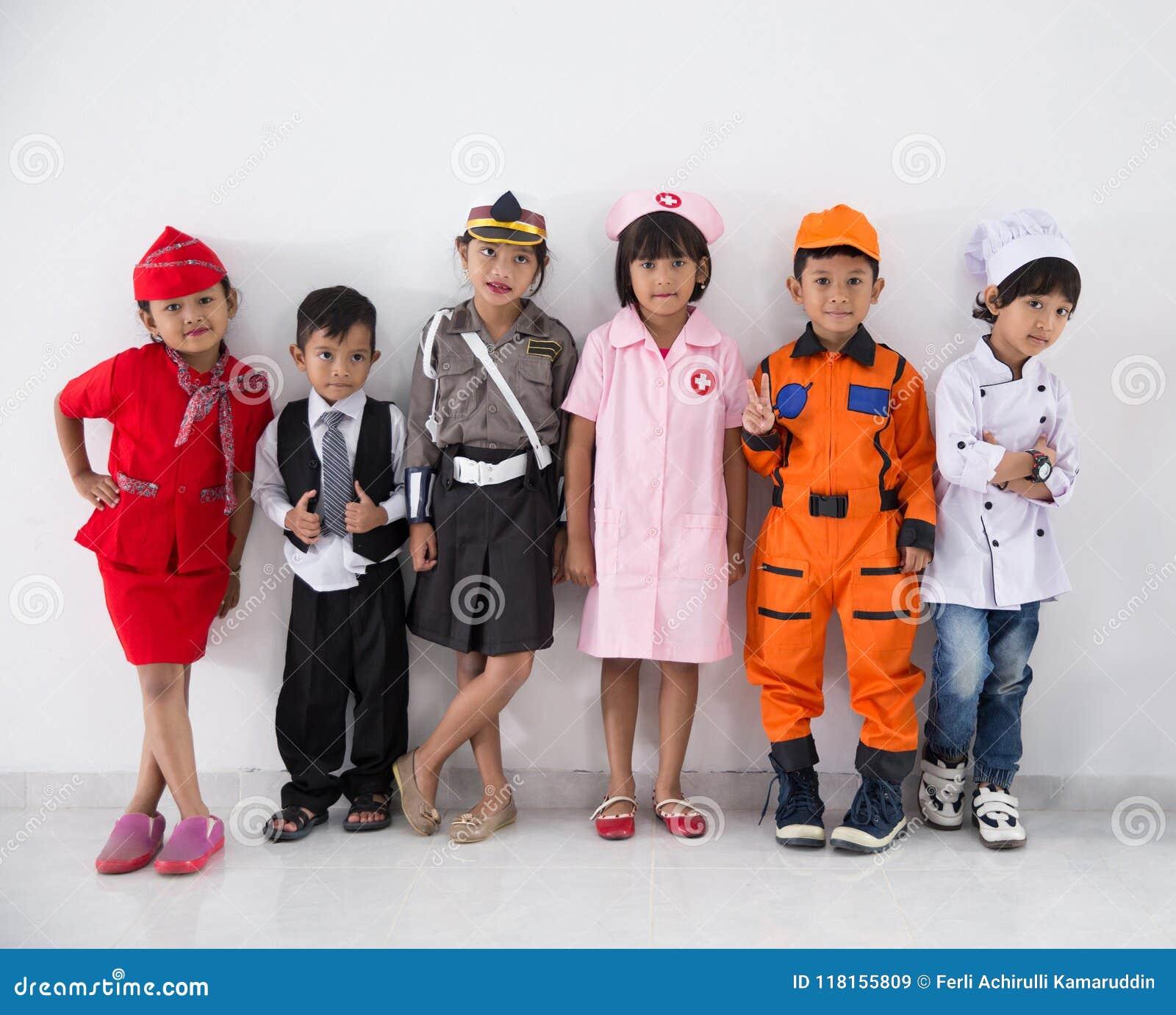 Niños Vestidos En Los Trajes De Diversas Profesiones Imagen De Archivo