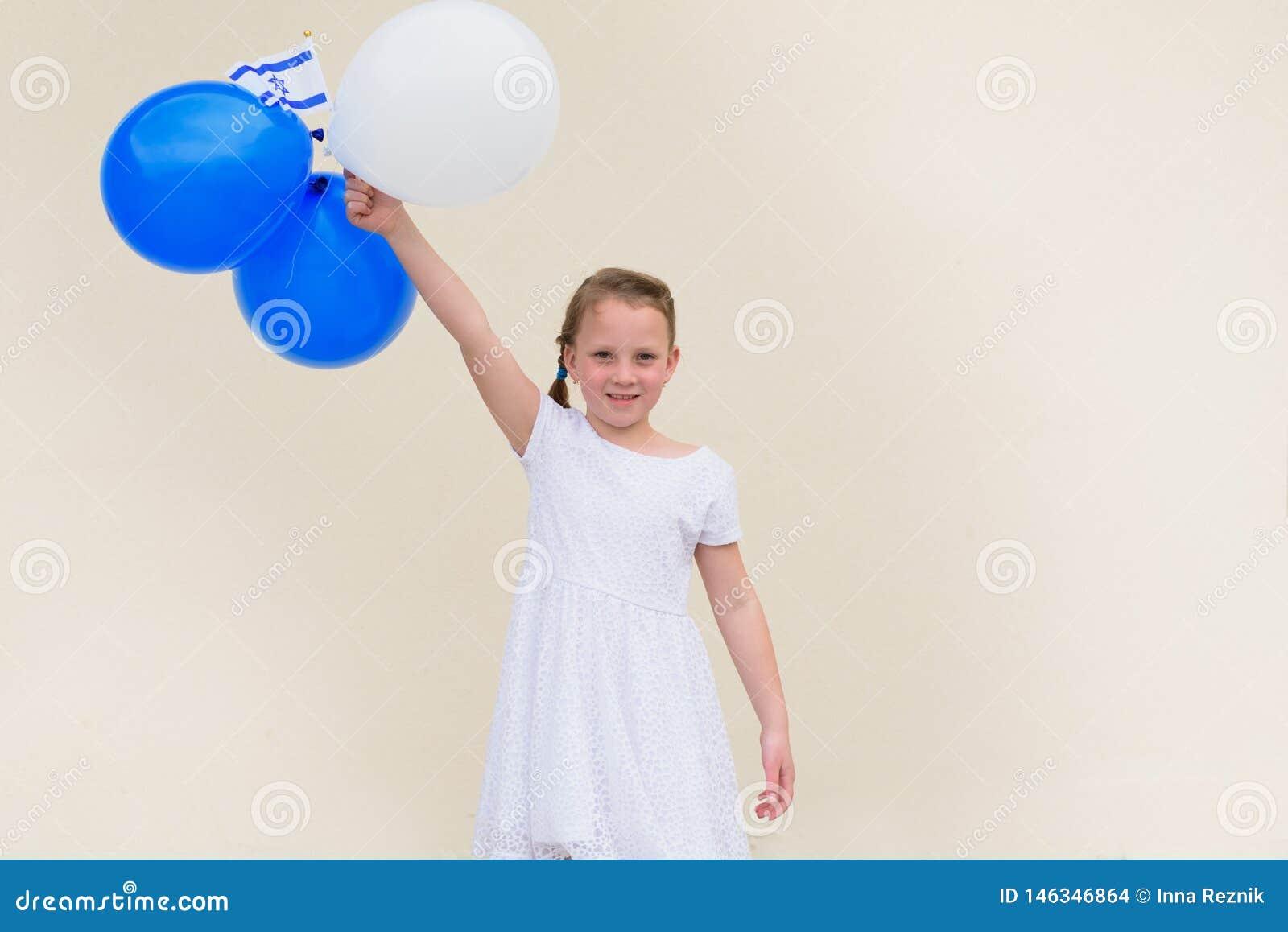 Ni?a feliz con la bandera azul y blanca de la American National Standard Israel de los globos