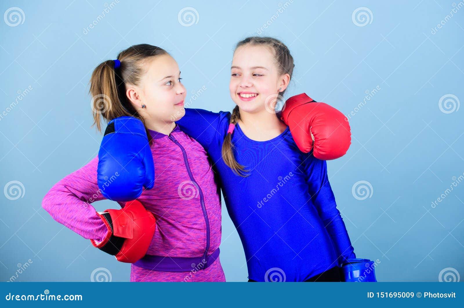 Ni?os del boxeador en guantes de boxeo Adolescencias confiadas Boxeadores de sexo femenino El boxeo proporciona disciplina estric