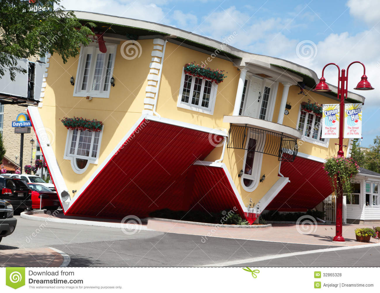 Niagara falls canada aug 4 attraction upside down house on clifton hill in niagara falls - Huis modena ...
