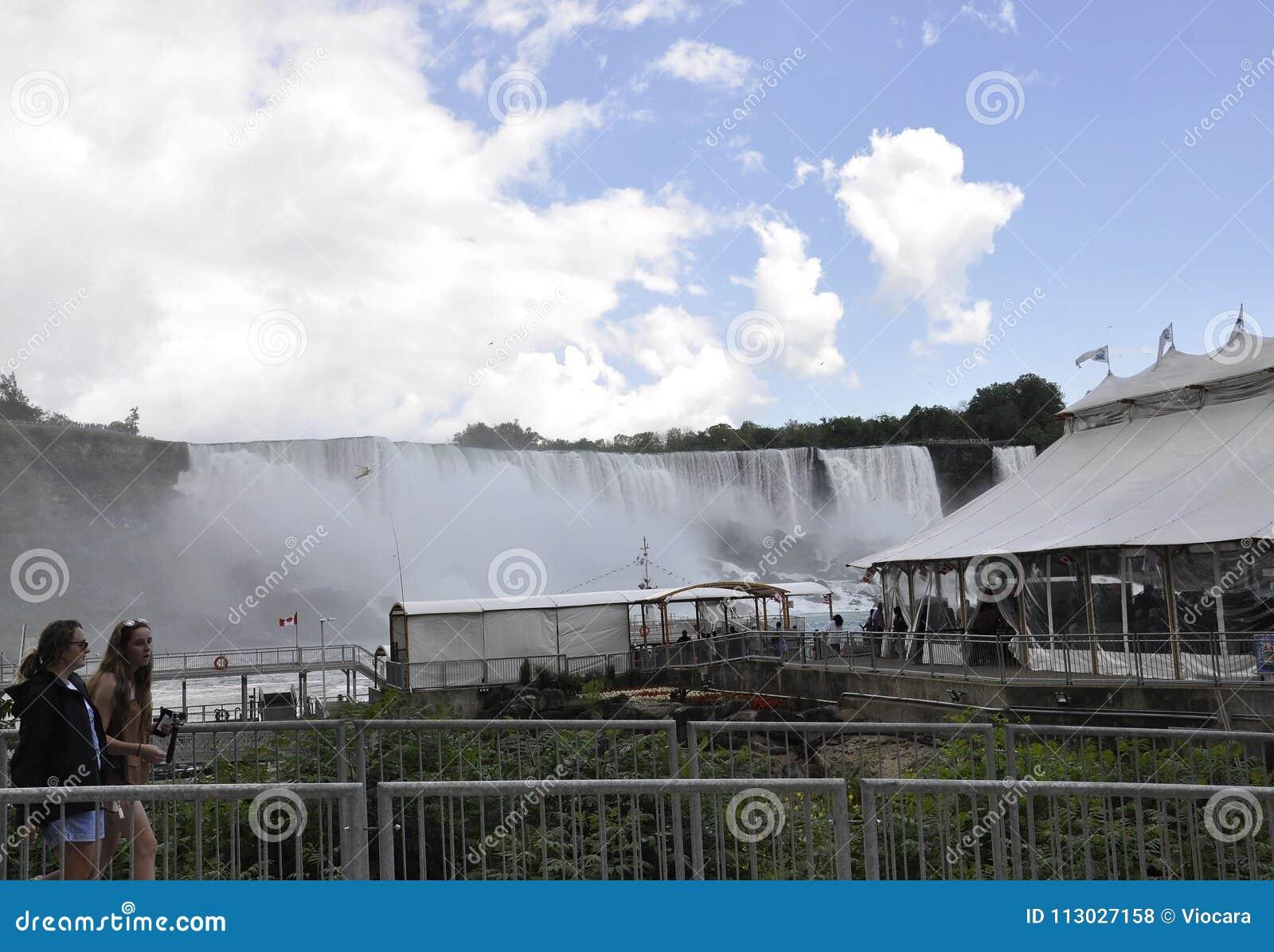 Niagara Falls, el 24 de junio: Lugar de la travesía de Hornblower de Niagara Falls de la provincia de Ontario en Canadá