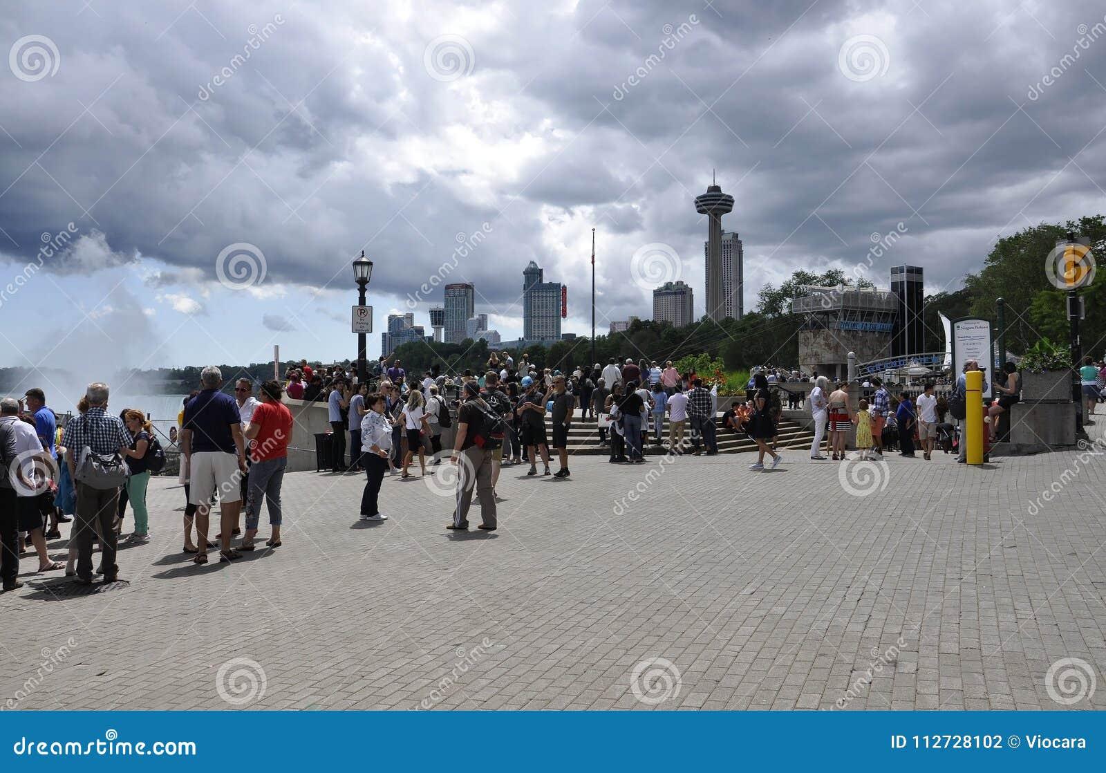Niagara Falls 24th Juni: Storslaget siktsställe av Niagara Falls från det Ontario landskapet av Kanada