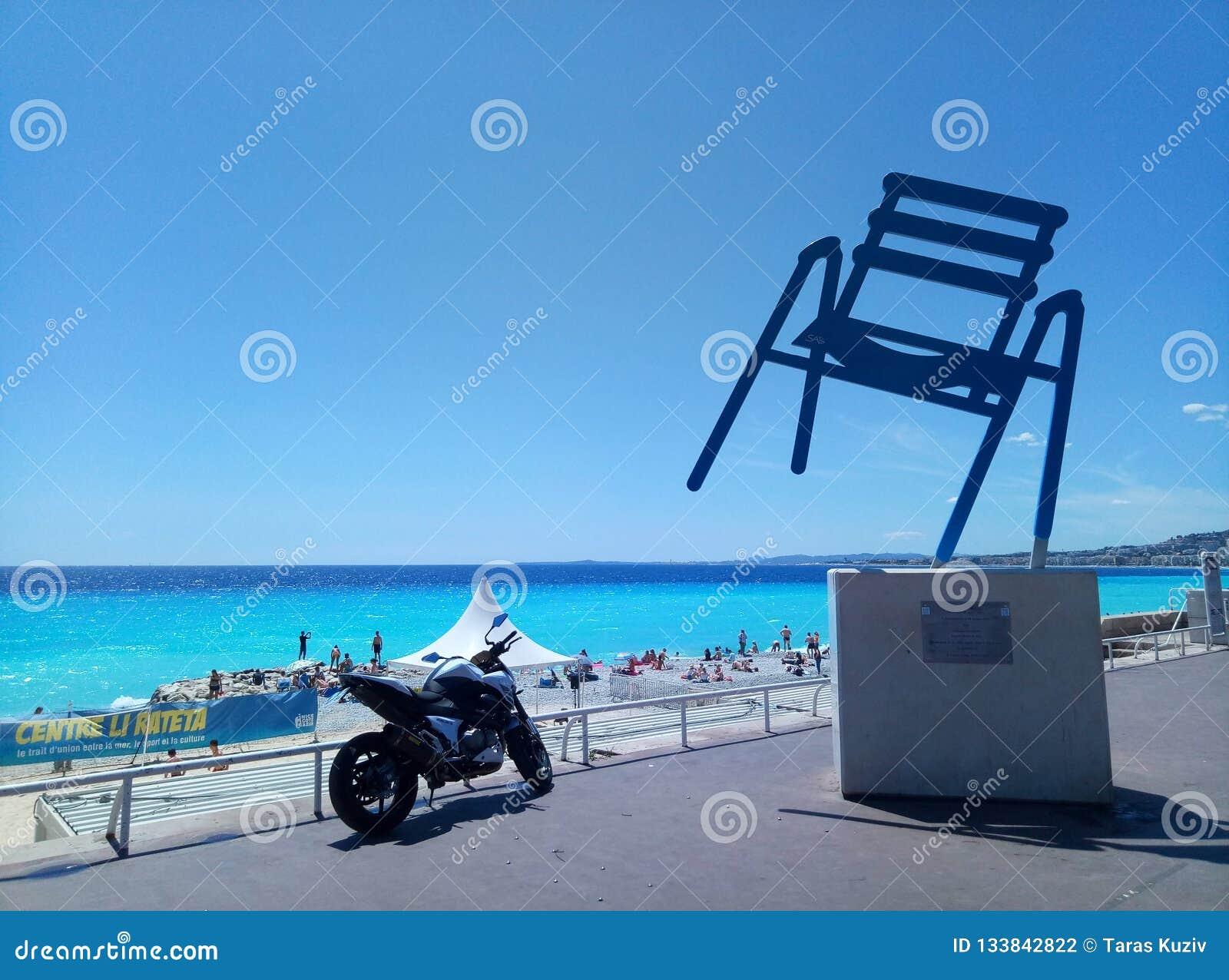 Nice/Frankrike - Juli 25 2017: Monumentet av en metallstol