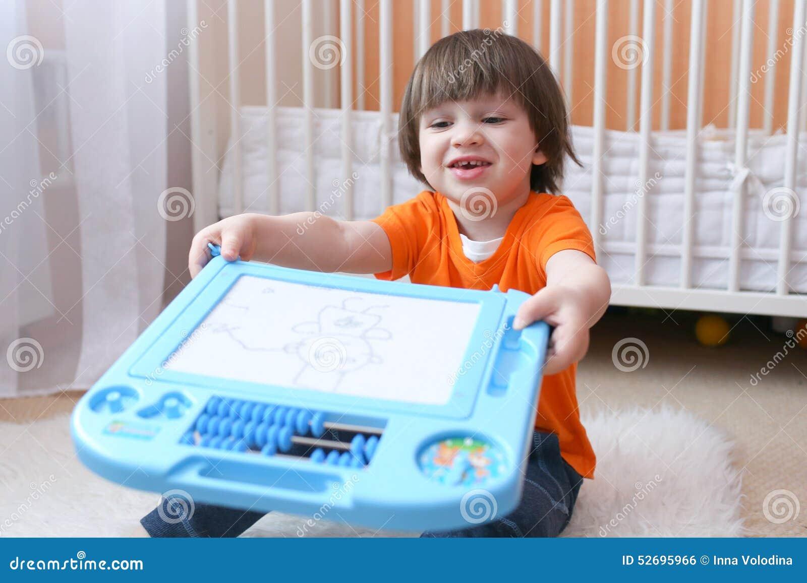 Nice 2 jaar kind toont zijn het trekken op magnetische tablet stock foto afbeelding 52695966 - Schilderen kind jongen ...