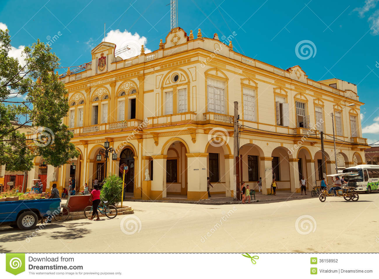 Nice looking old style building in small cuban tow for Nice building images