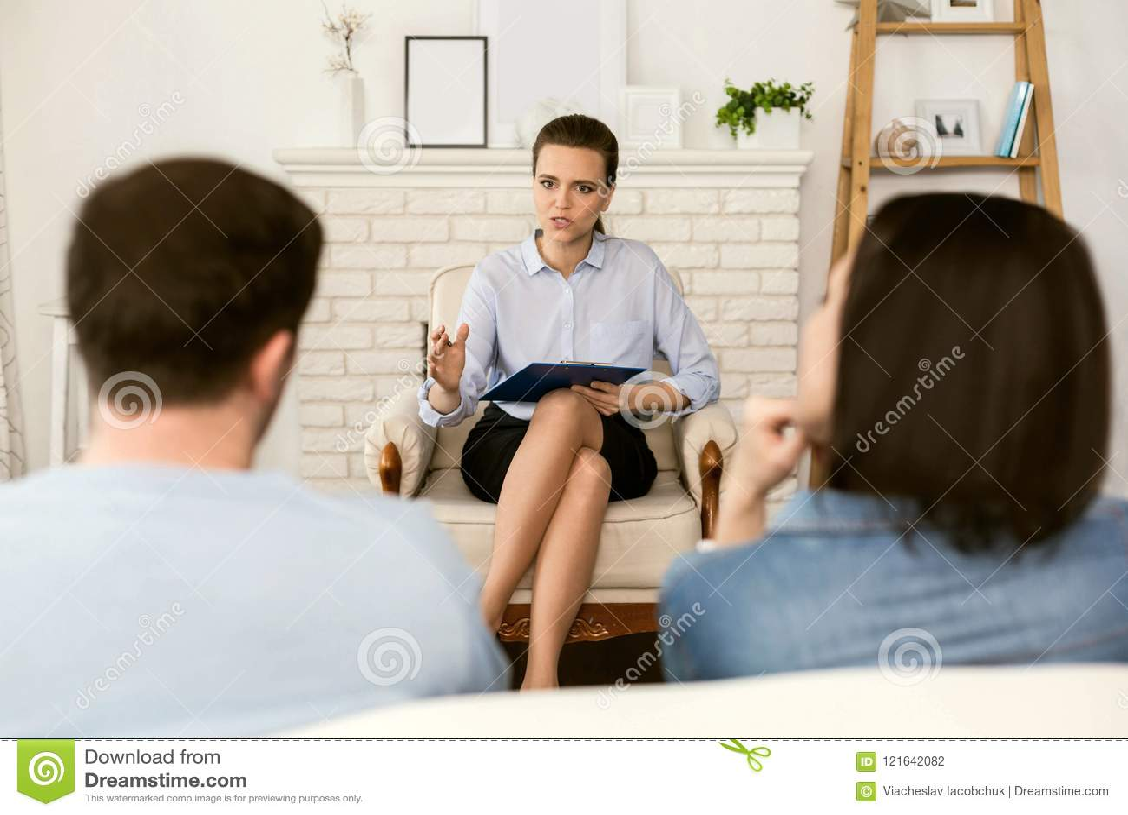 Nice smart psykolog som hjälper hennes patienter