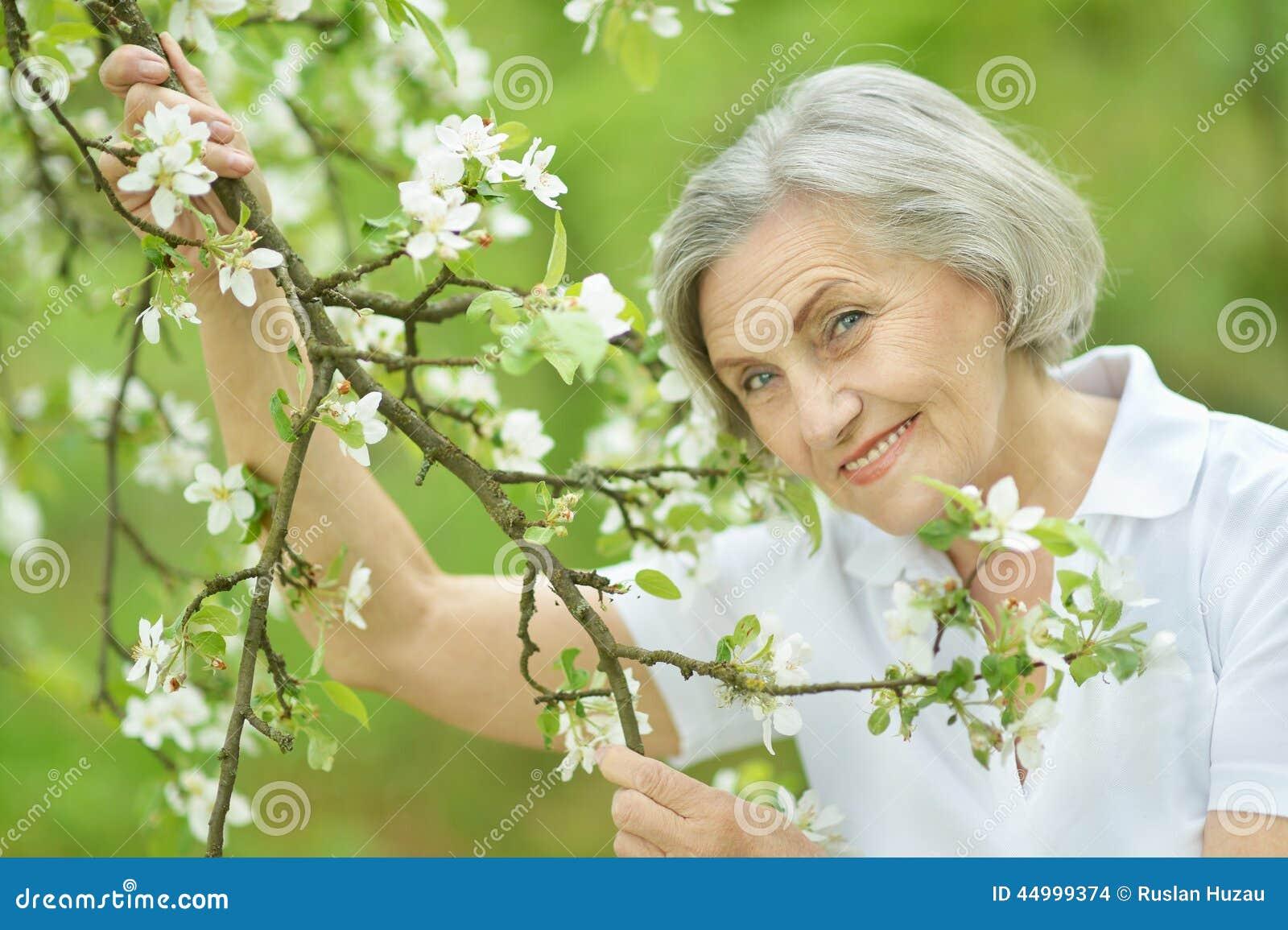 Фото на природе зрелых женщин 20 фотография