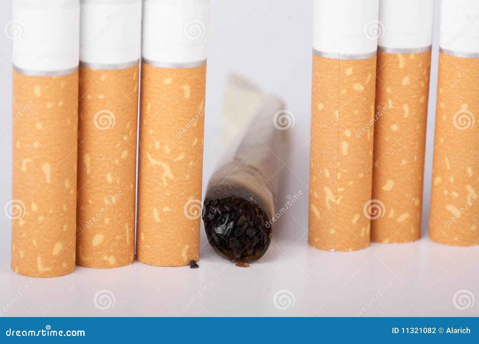 Nicht fertige rauchende Zigarette