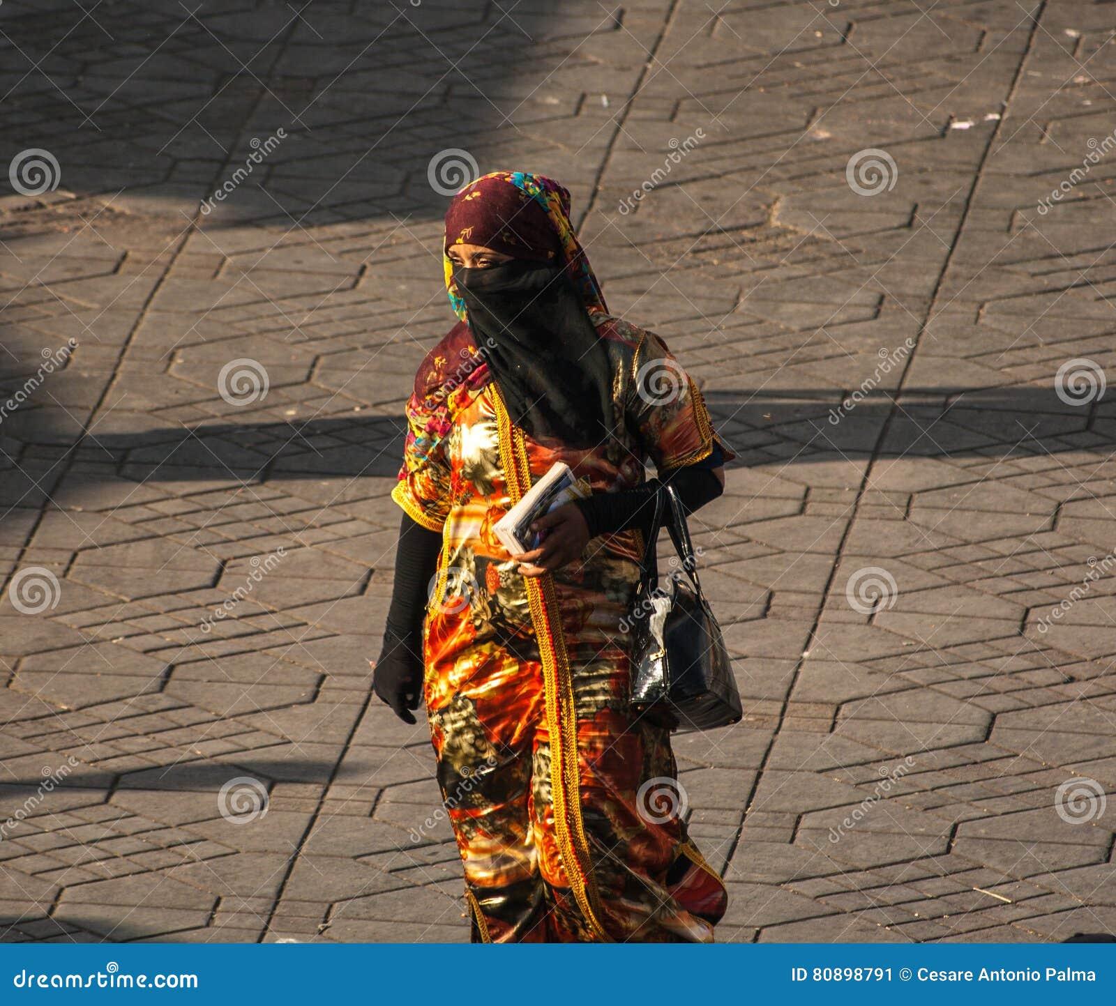 Nicht identifizierte Frau mit schönem Kleid