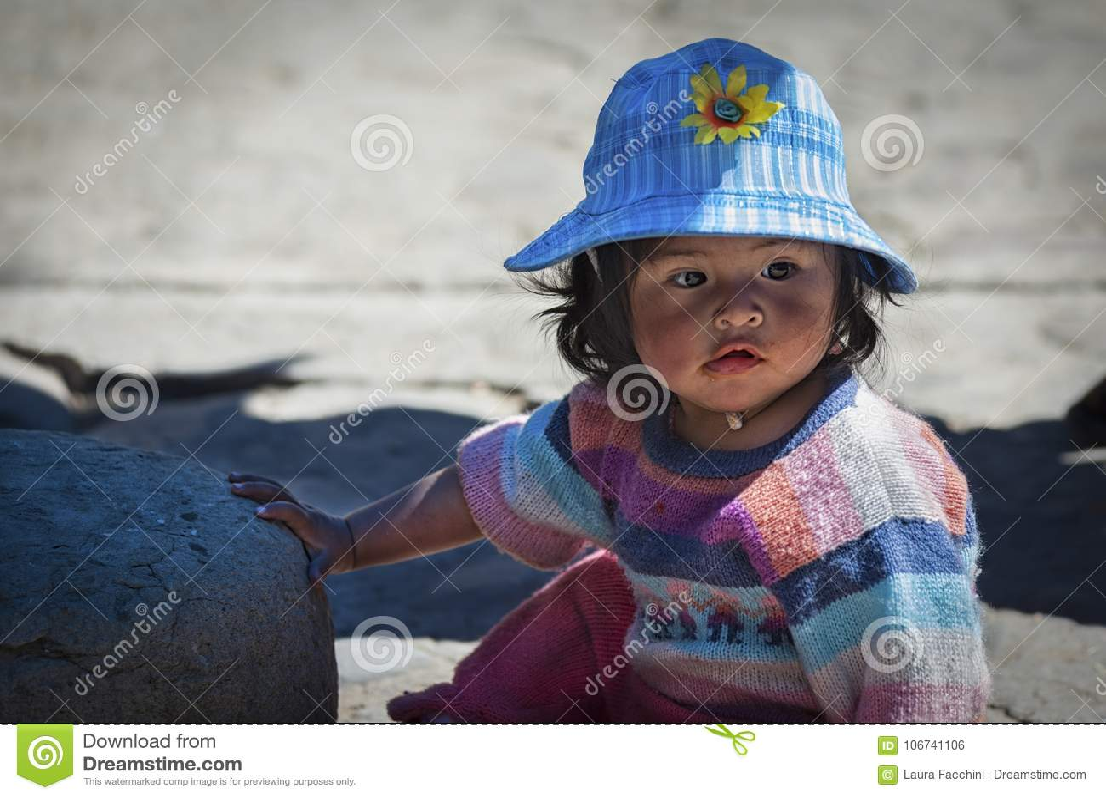 Nicht identifizierte junge einheimische gebürtige Quechua Kinder am lokalen Markt Tarabuco Sonntag, Bolivien