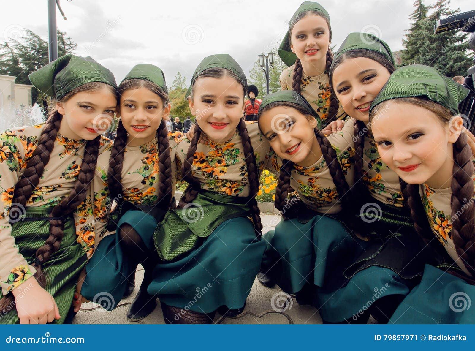 Nicht Identifizierte Mädchen In Den Traditionellen Georgischen ...