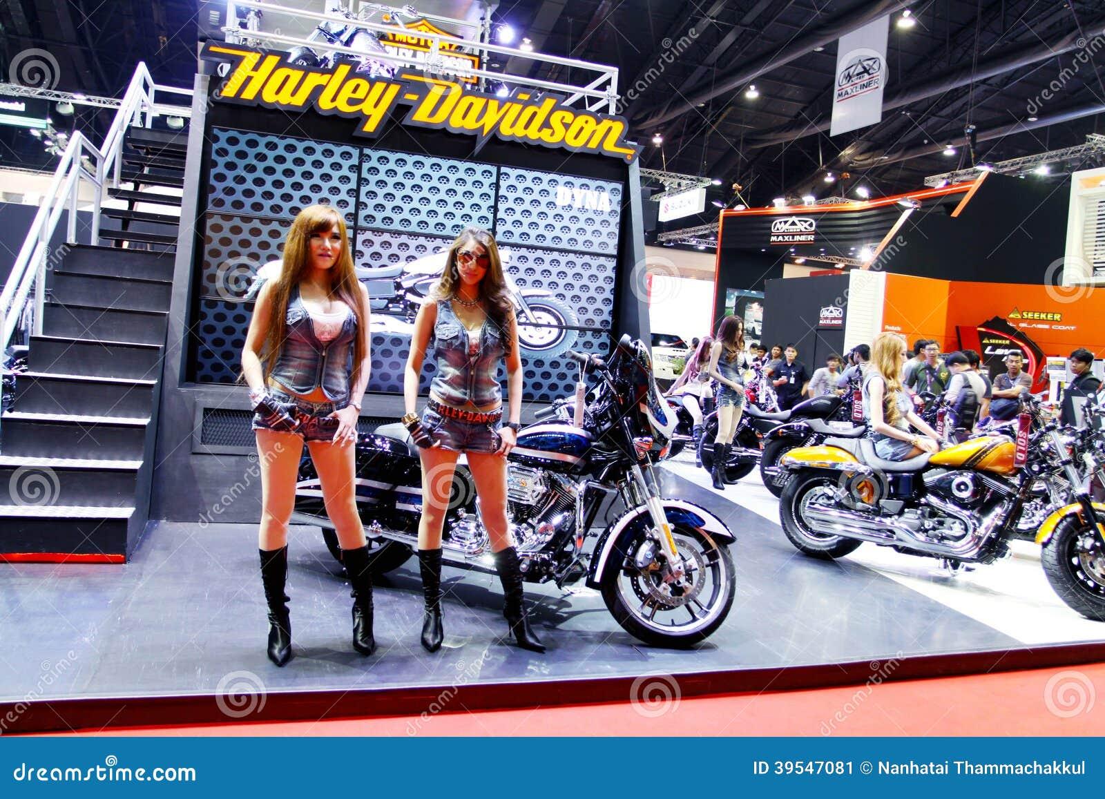 Nicht identifiziertes Modell mit Harley Davidson