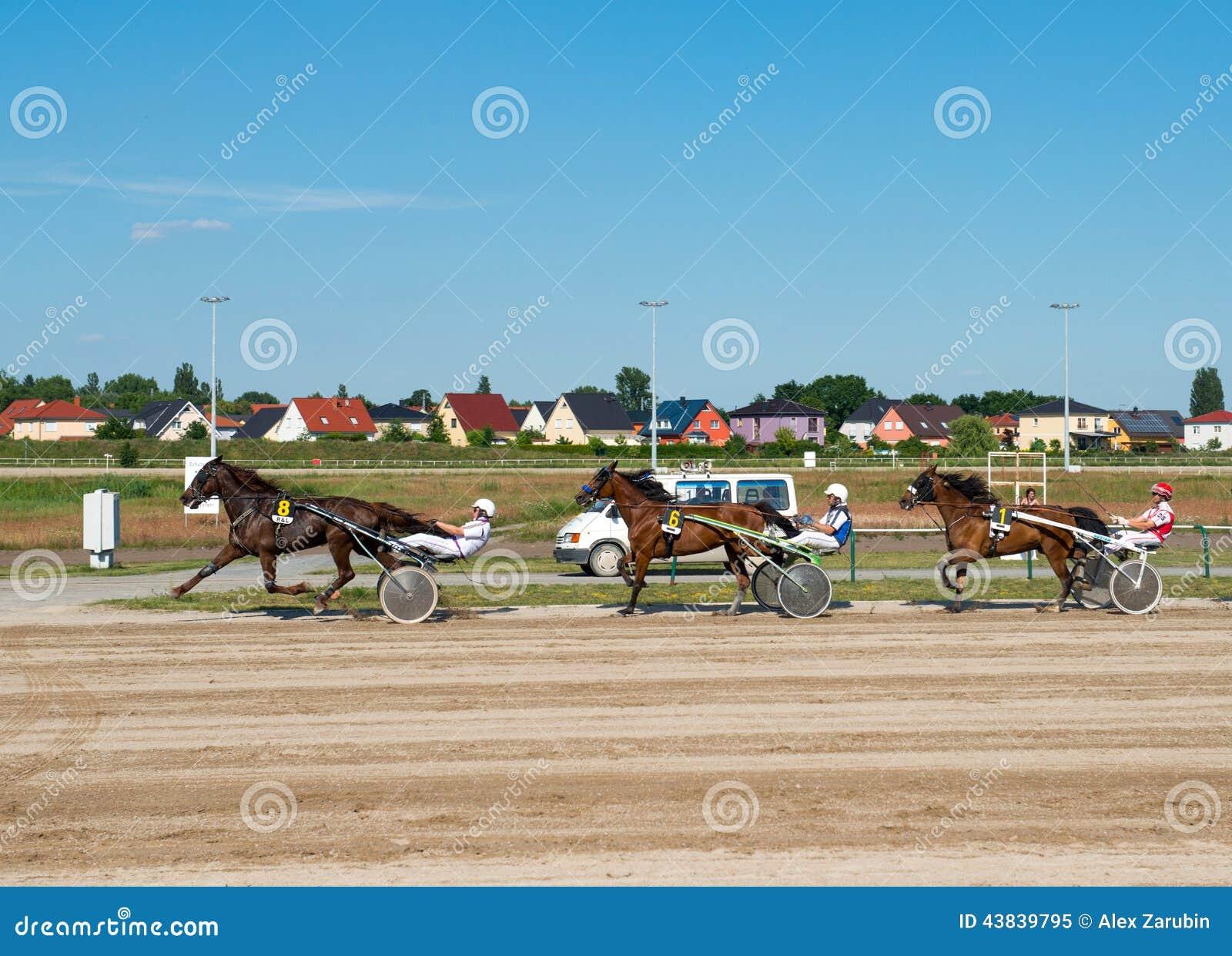 Nicielnicy Ścigać się na Karlshorst torze wyścigów konnych