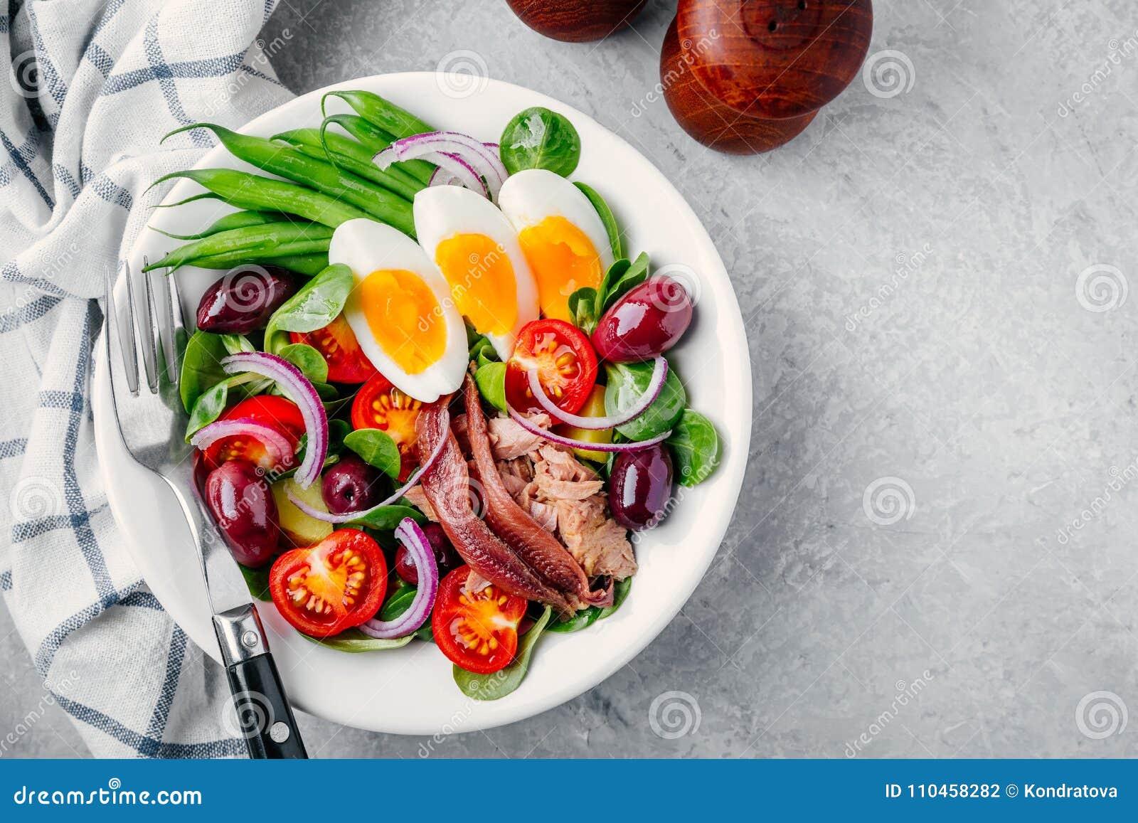 Nicoise sallad med tonfisk, ansjovisar, ägg, haricot vert, oliv, tomater, röda lökar och salladsidor