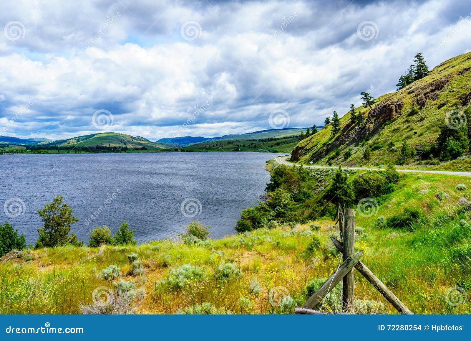 Nicola湖和Nicola谷在多云天空下