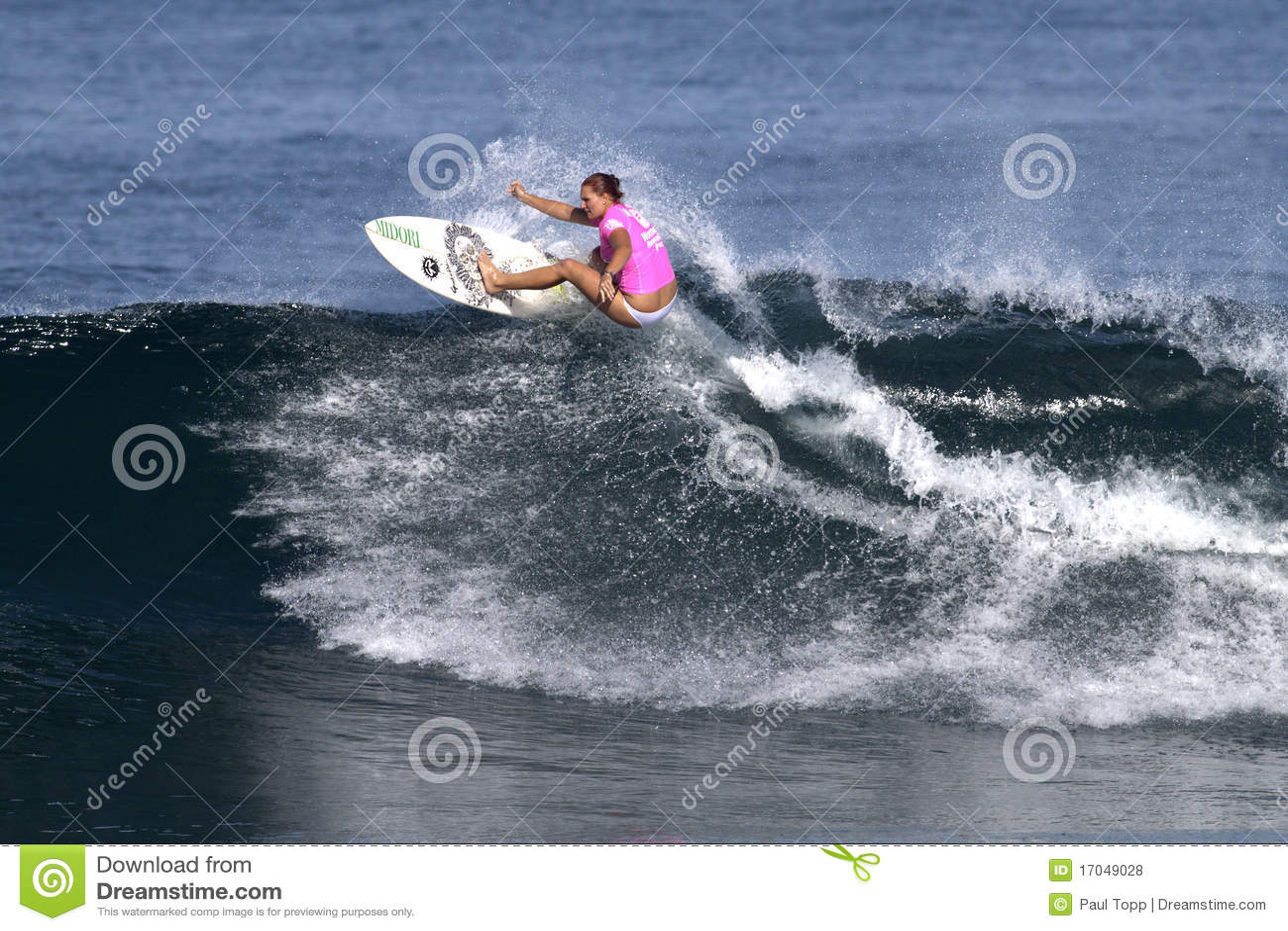 Nicola Atherton surfant Haleiwa Hawaï