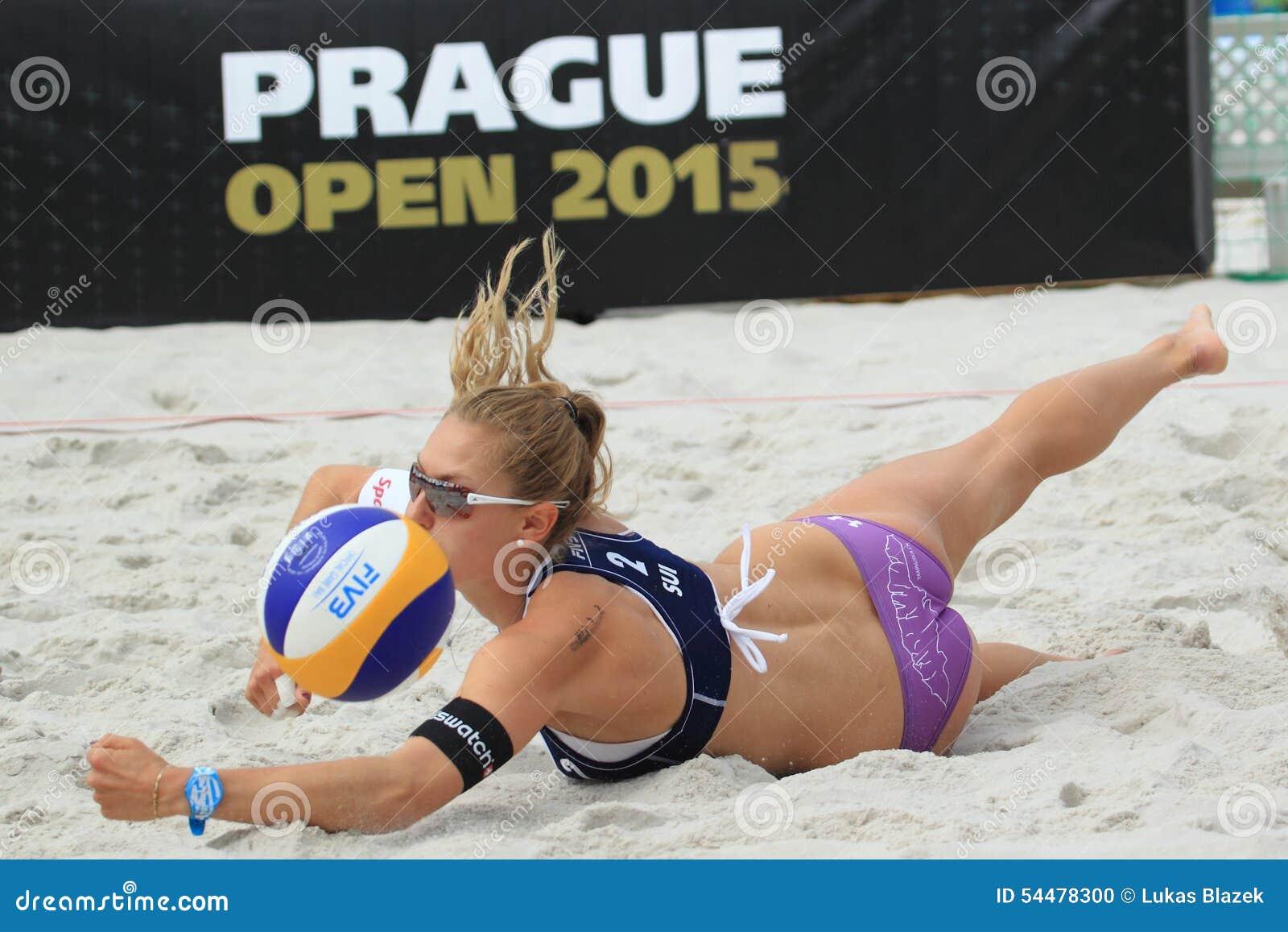 0bf035f14c Nicole Eiholzer dans le match du rond 2 dans Prague ouvert dans le  volleyball de plage entre Betschart/Eiholzer et Eduarda/Elize Maia tenue à  Prague sur 23 ...