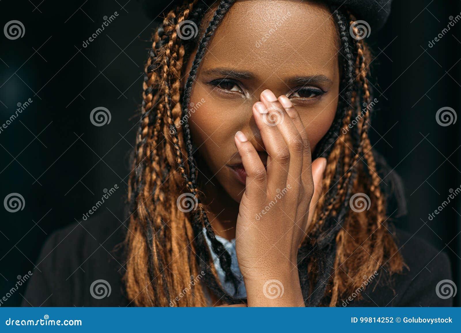 Nieśmiała młoda czarna kobieta dziewczyna zaaferowana
