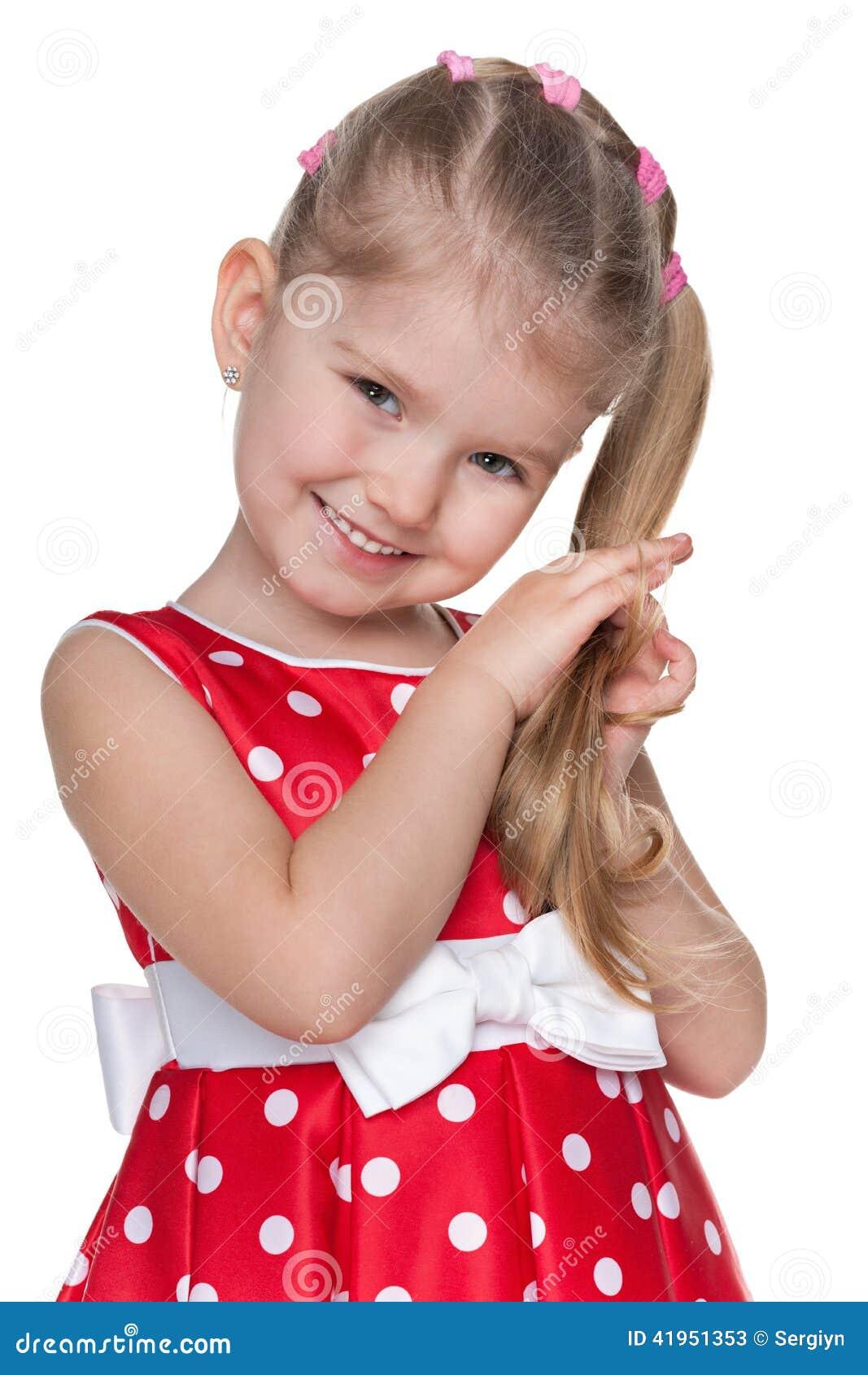 Nieśmiała mała dziewczynka w czerwonej polki kropki sukni