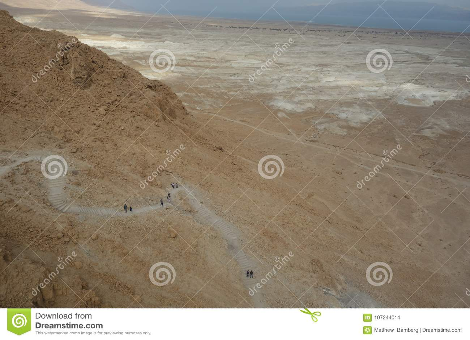 Nieżywy morze Podczas zimy Pokazuje Wycieczkujący ślad do Masada