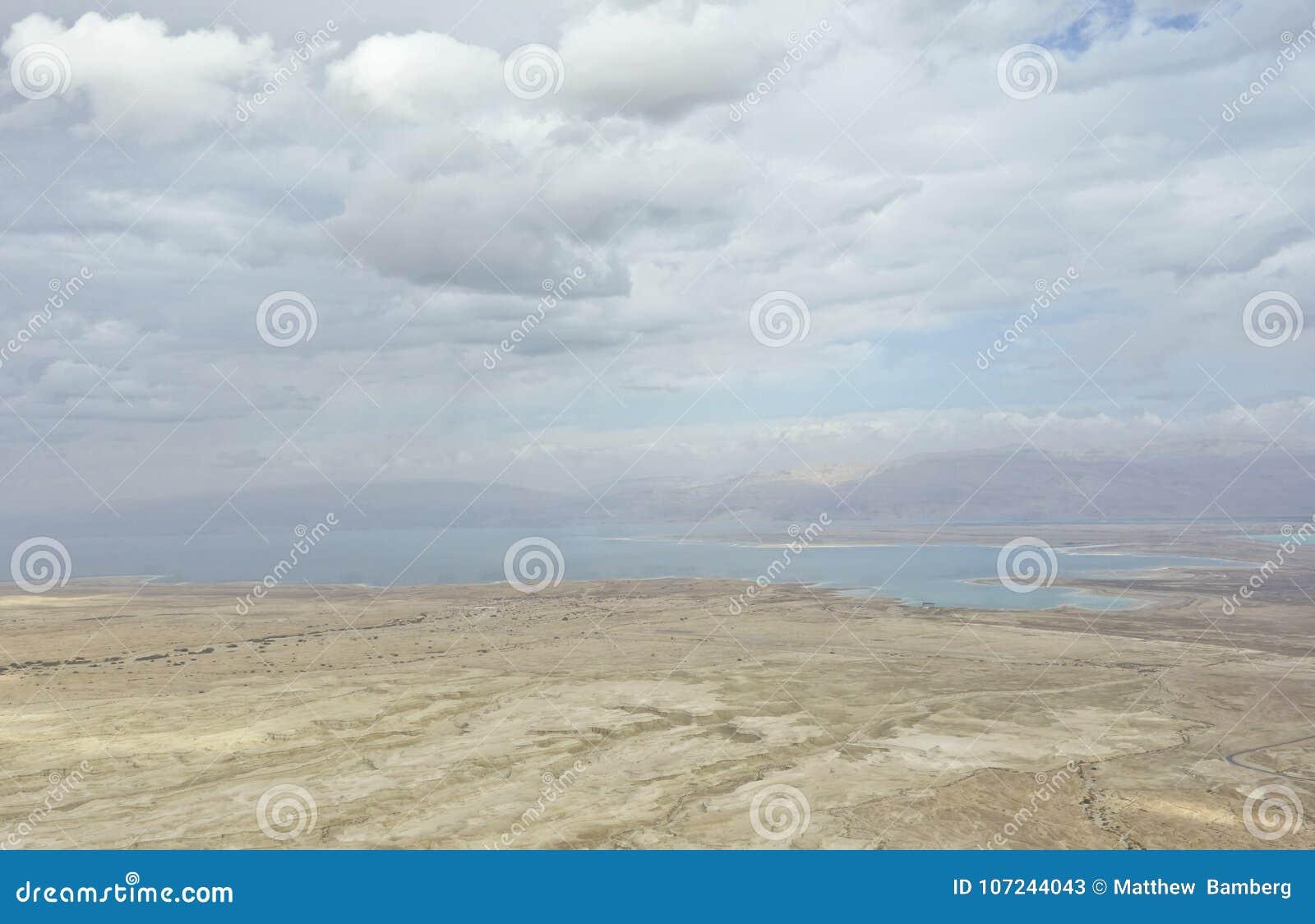 Nieżywy morze Podczas zimy z chmurami od Masada szczytu