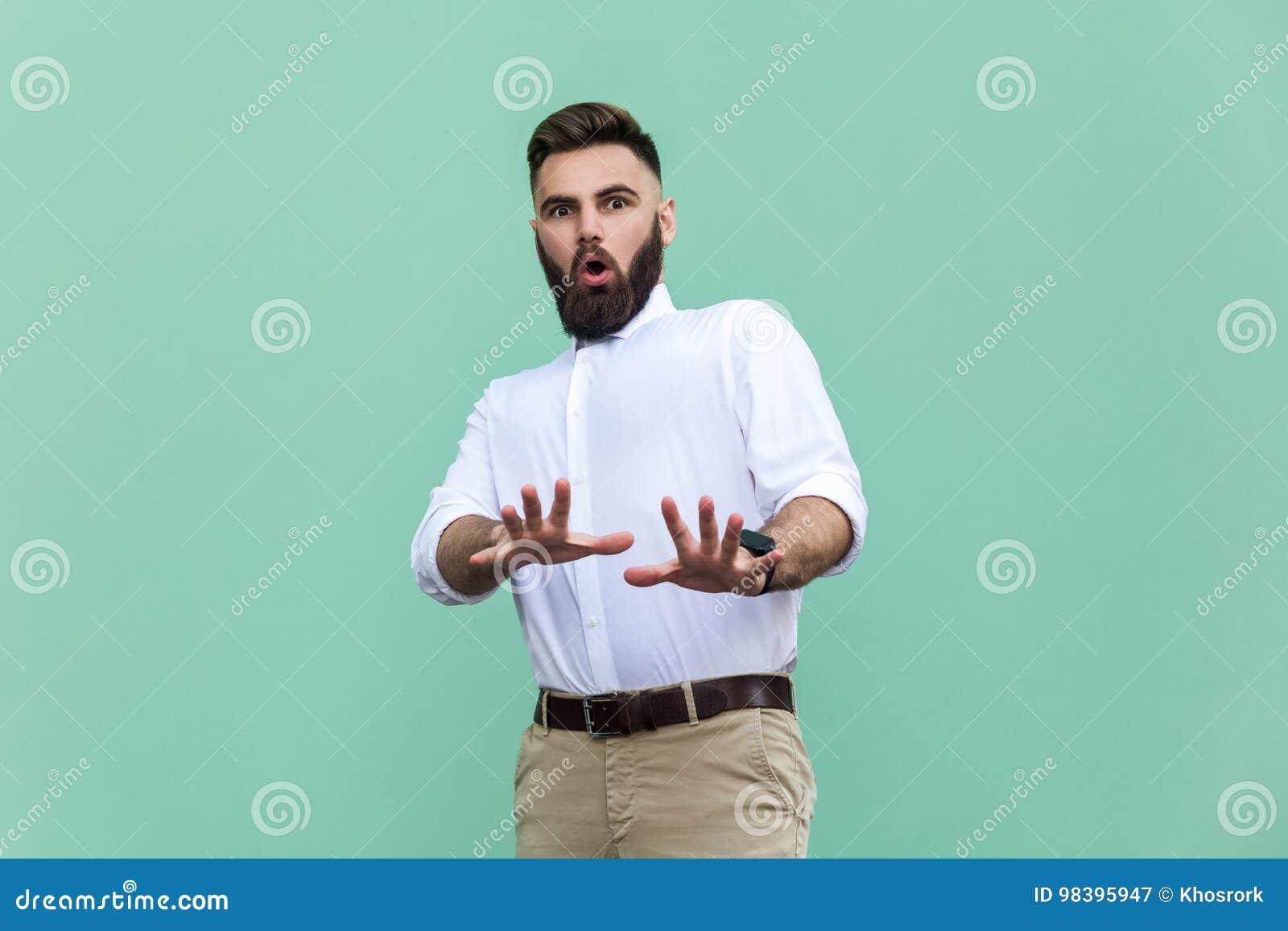 Nie ja! Elegancki brodaty mężczyzna z szokujący Biznesmen zadziwia twarz, patrzeje kamerę