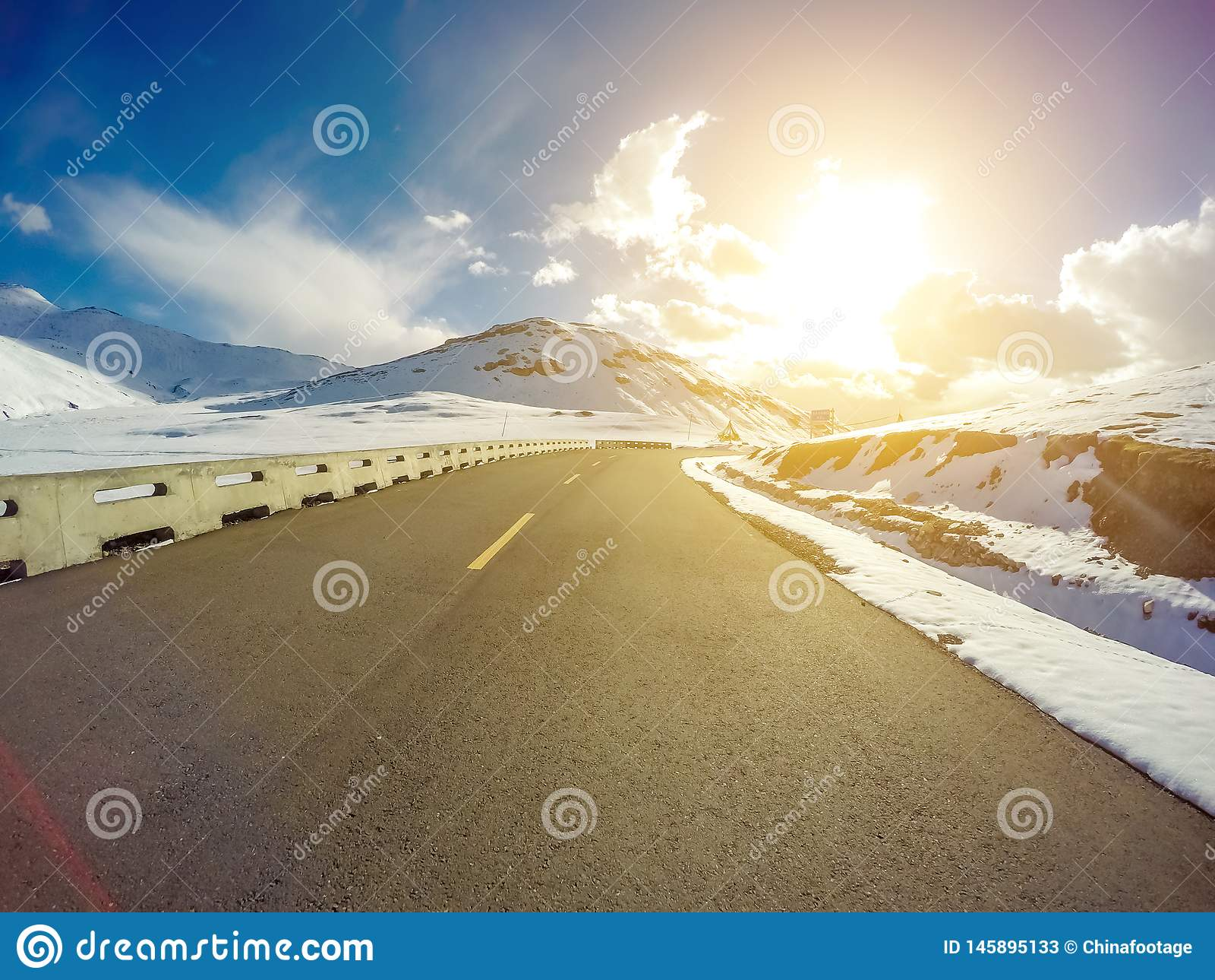 ?nie?na Halna droga w Qinghai przy zmierzchem, Chiny
