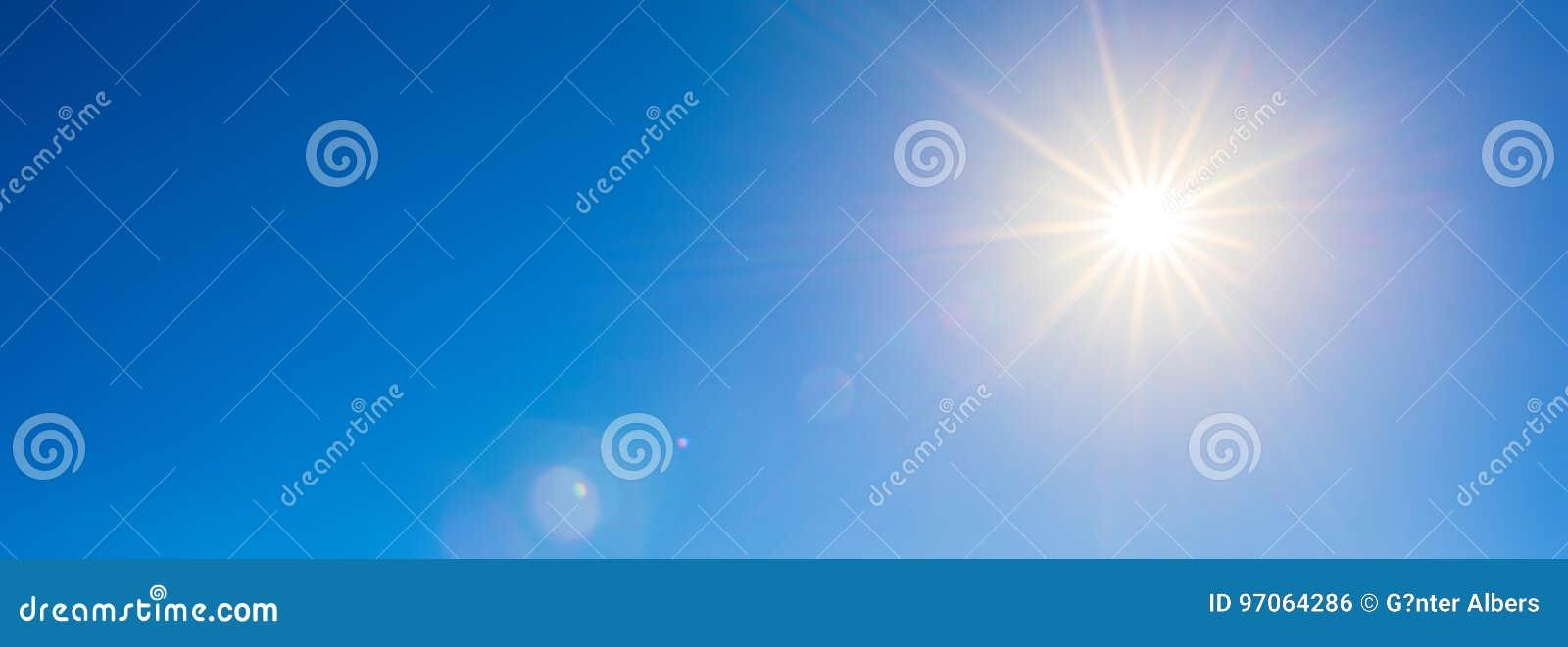 Nieba błękitny jaskrawy słońce