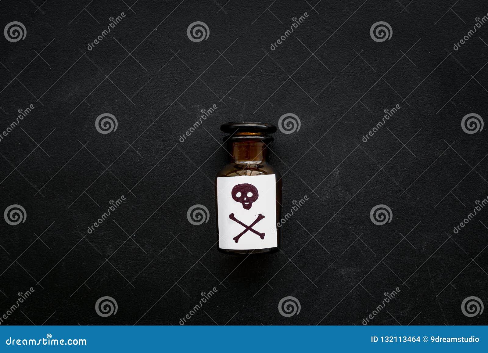 Niebezpieczni nałogi, niebezpieczna rozrywka jad Butelka z czaszką i crossbones na czarnego tła odgórnym widoku