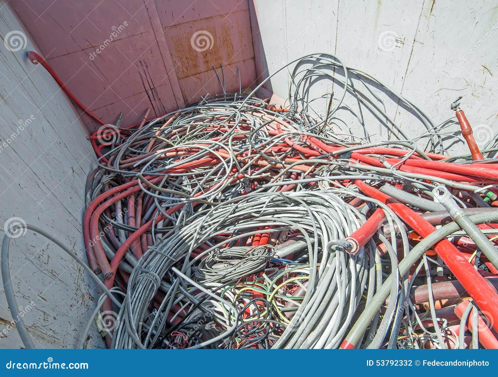 Niebezpieczni odpady wysypisko pełno elektryczni druty