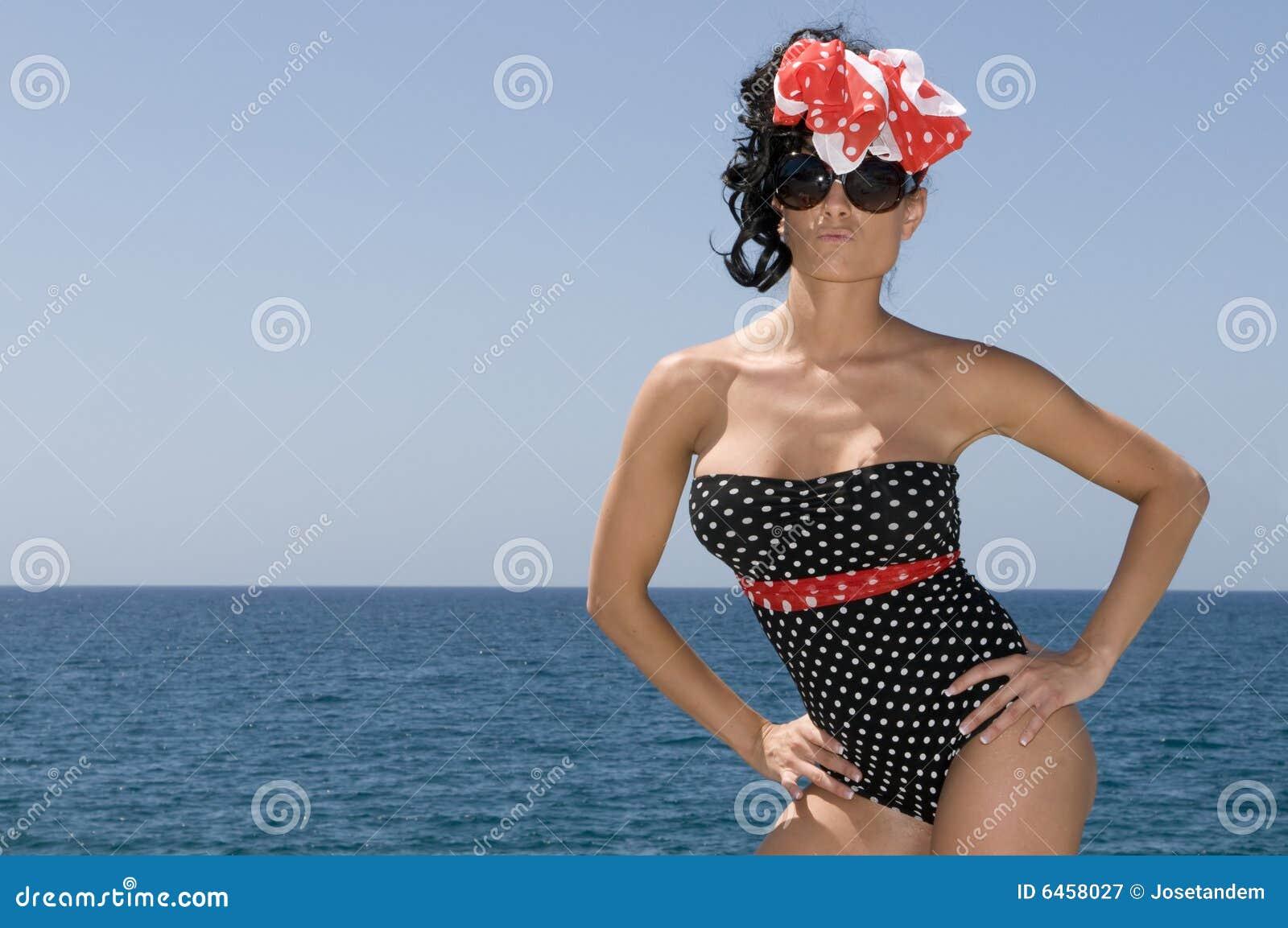 Niebieski backg dni najbliższa morska pin seksowna kobieta.