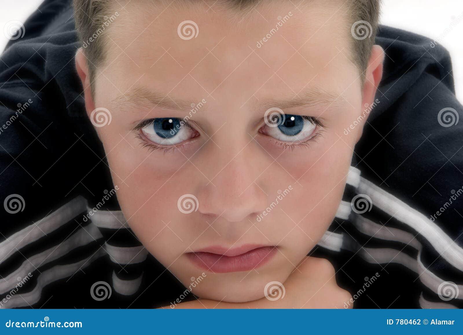 Niebieski chłopiec wygląda się
