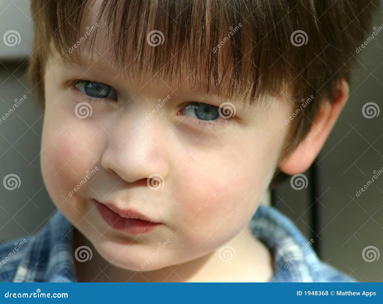 Niebieski dziecko słodkie oczy się blisko