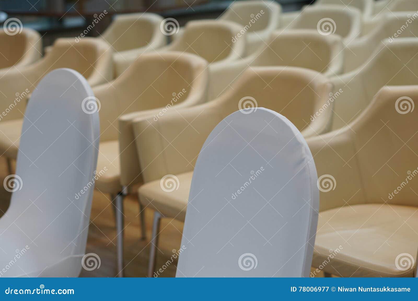 Niebieski krzesło sali konferencyjnej stołu drewna