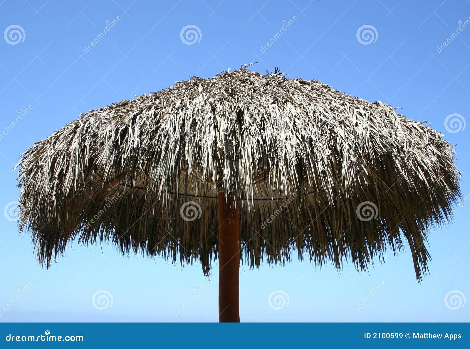 Niebieski plażowy jasnego nieba góry parasolkę
