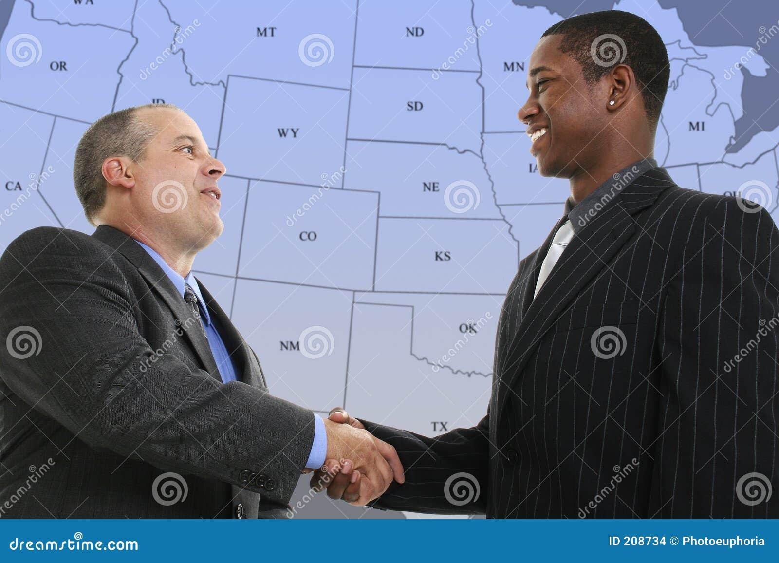Niebieskie biznesmenów uścisk dłoni, przednia mapa nam