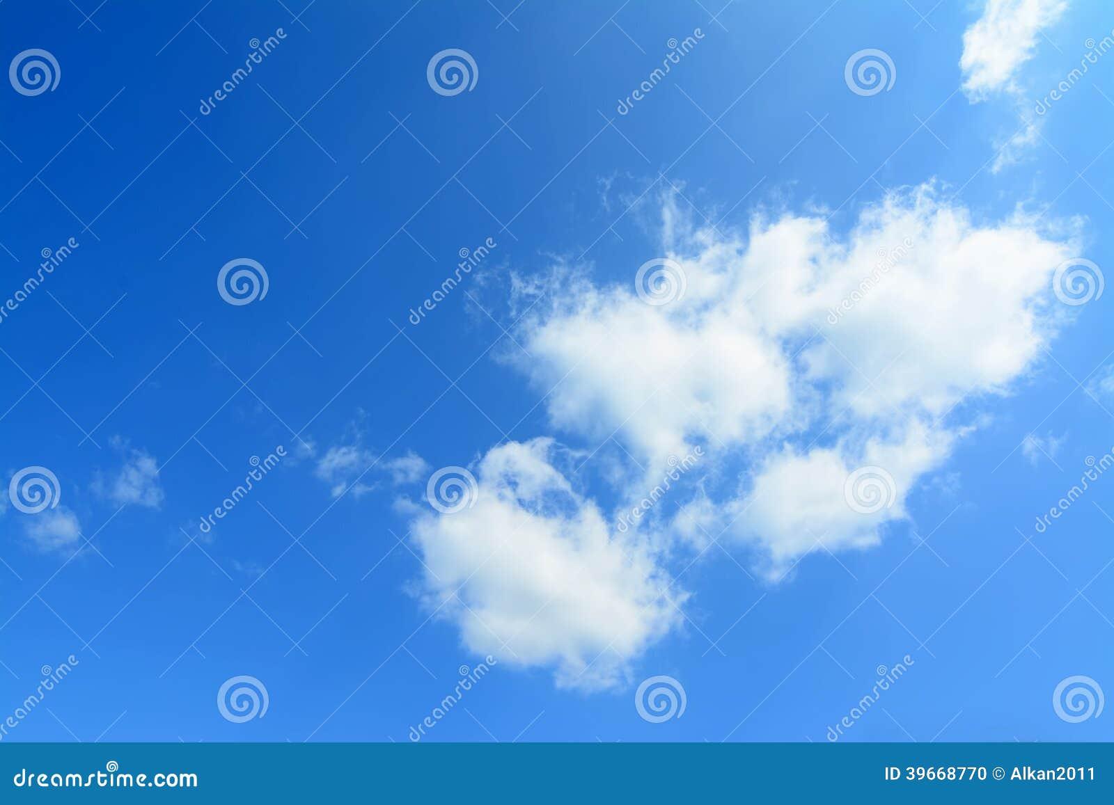 Niebieskie niebo, biel chmury