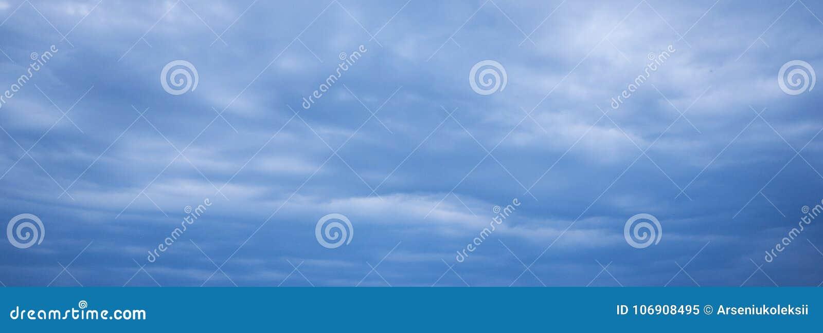 Niebieskie niebo burzy chmura