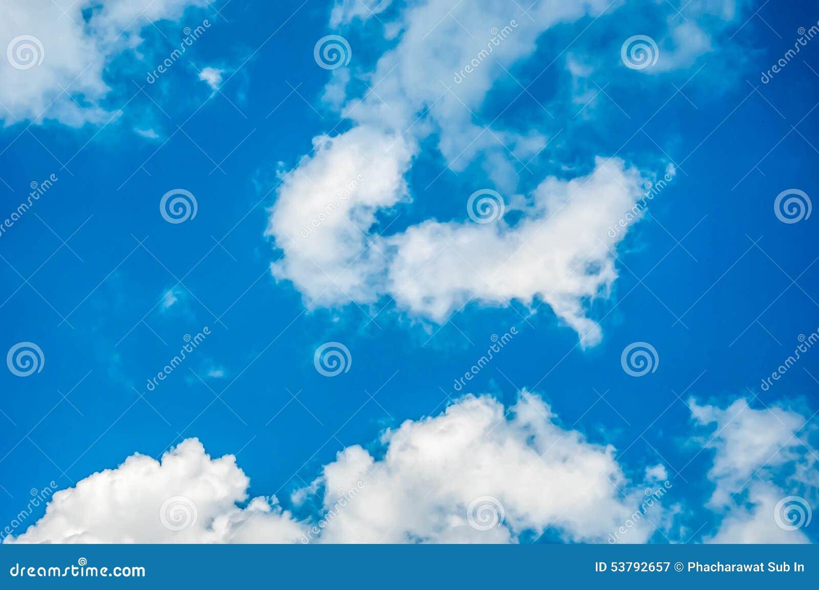 Niebieskie niebo i chmura