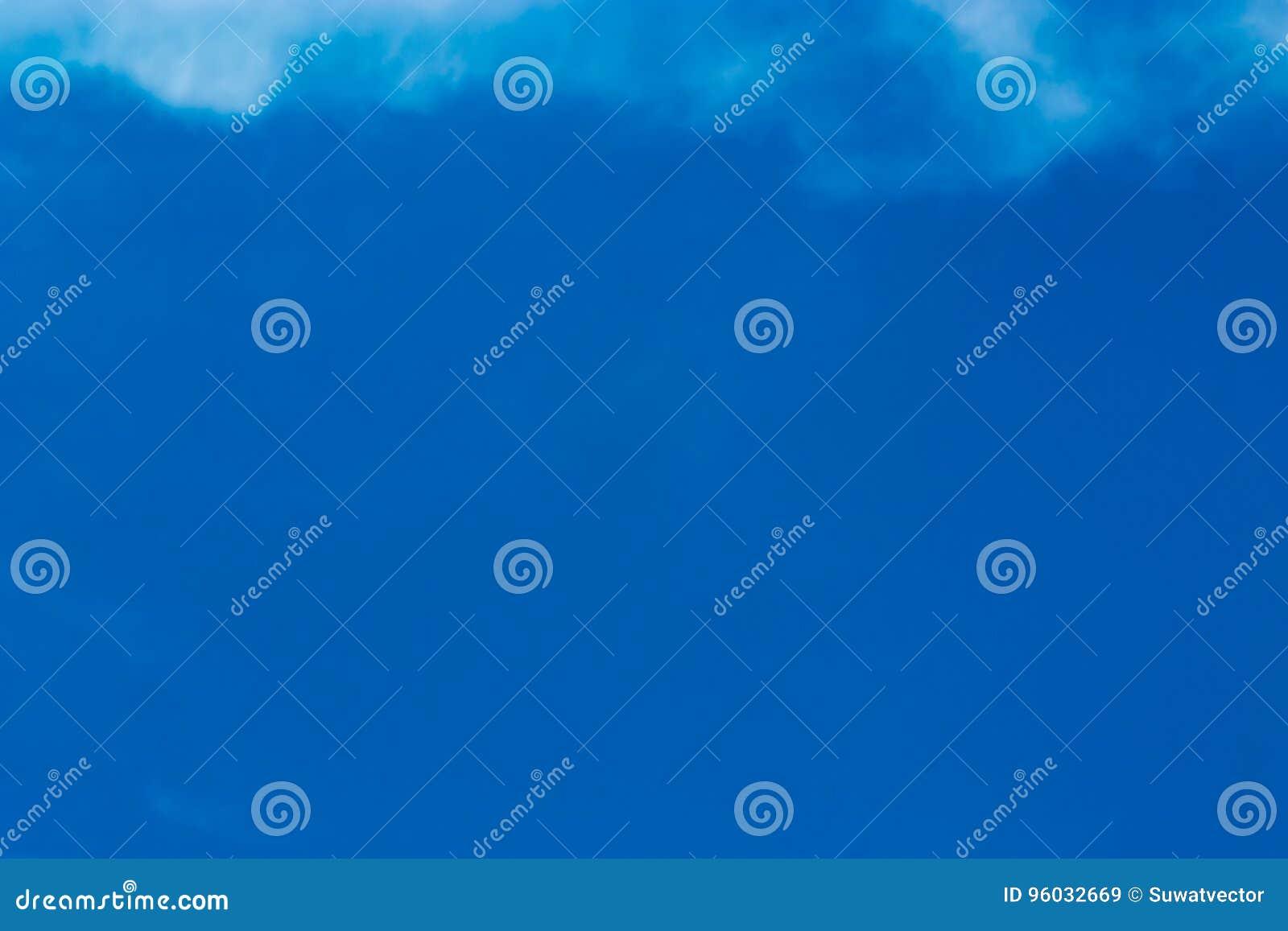 Niebieskie niebo i chmurny