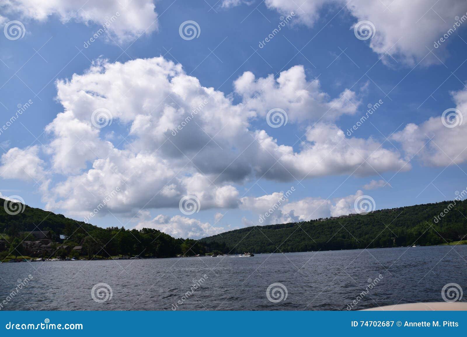 Niebieskie niebo i chmury przy jeziorem