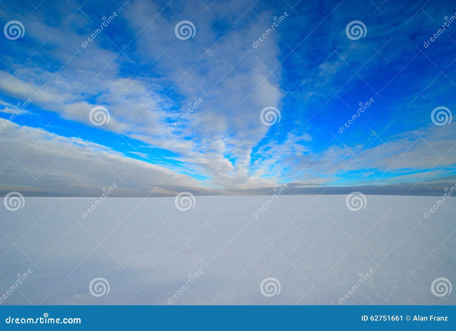 Niebieskie niebo nad śnieżnym polem