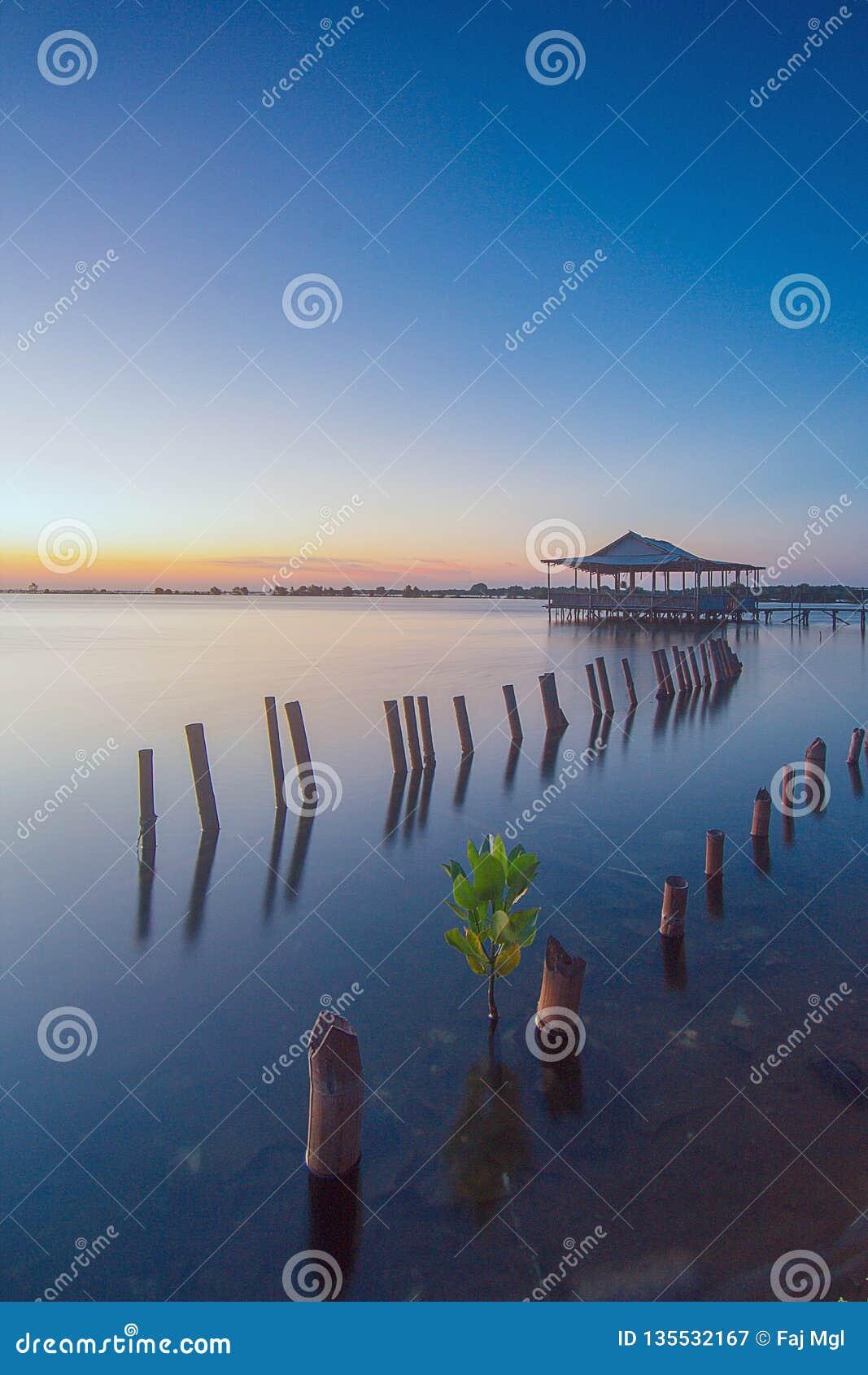 Niebieskie niebo przy muara tawar, bekasi Indonesia