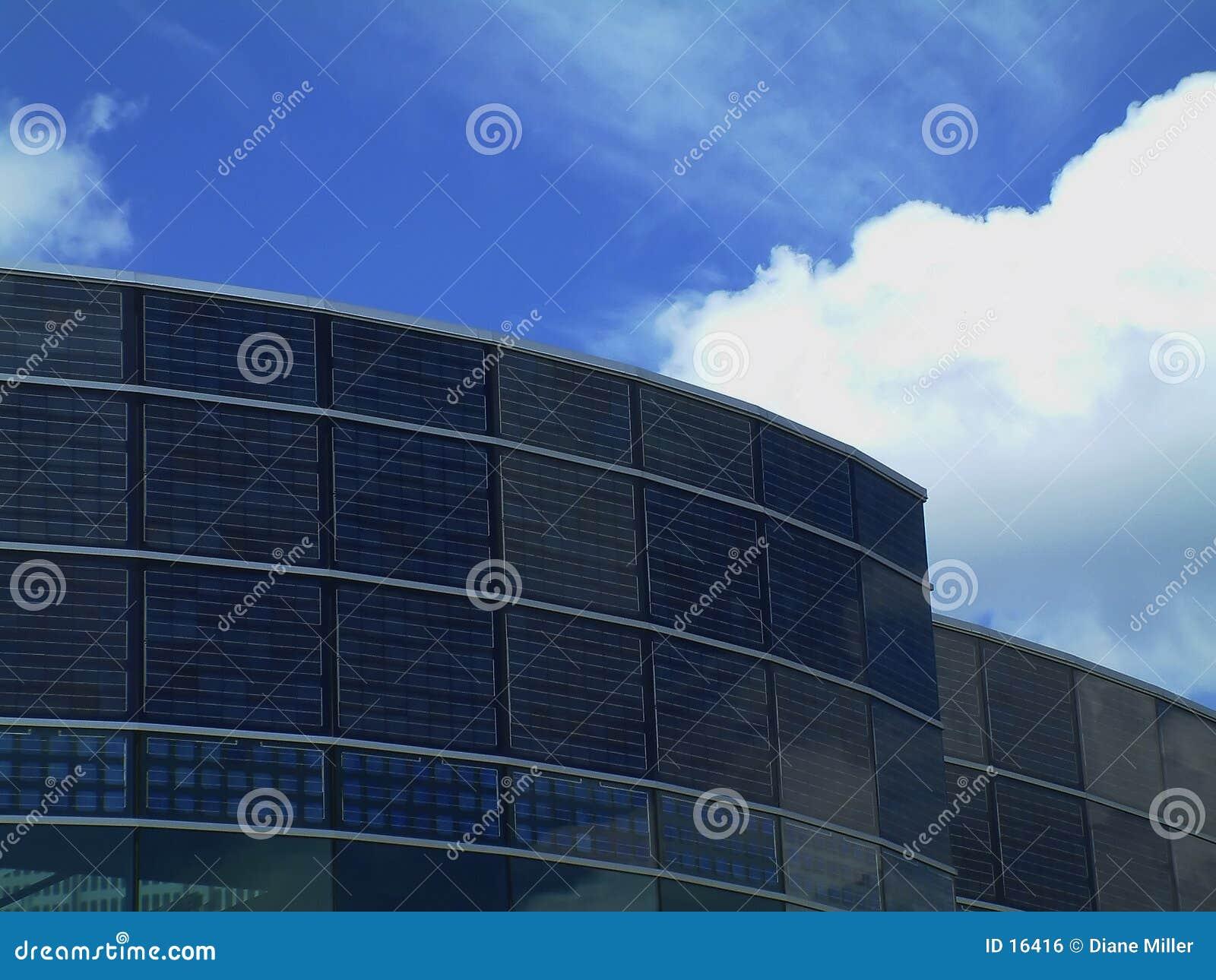 Niebieskie niebo słoneczny budynku.
