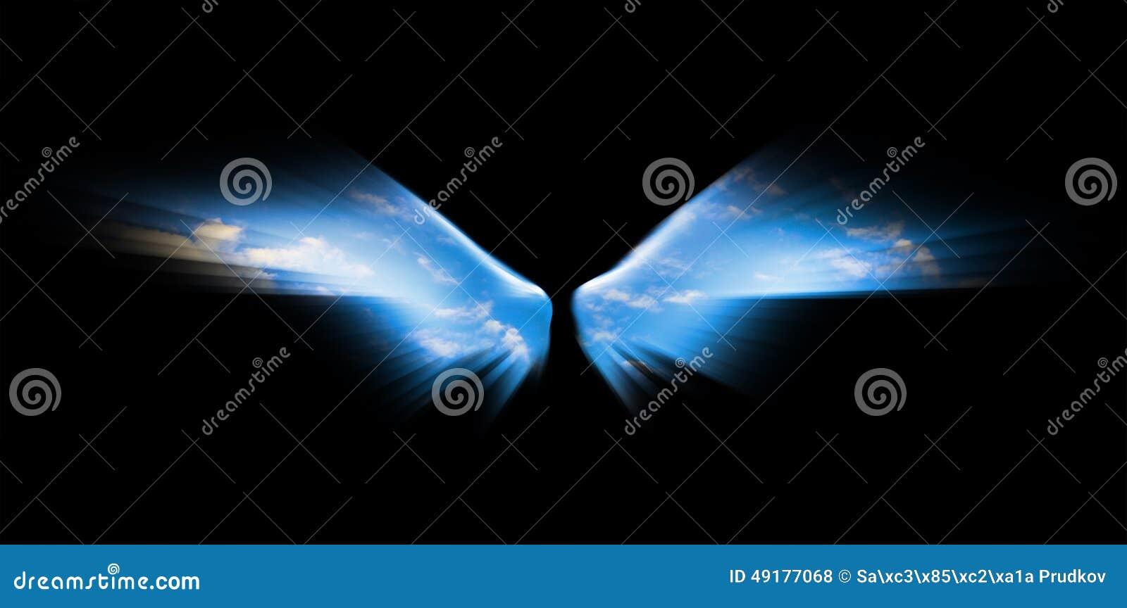Niebieskie niebo w aniołów skrzydłach odizolowywających na czarnym tle