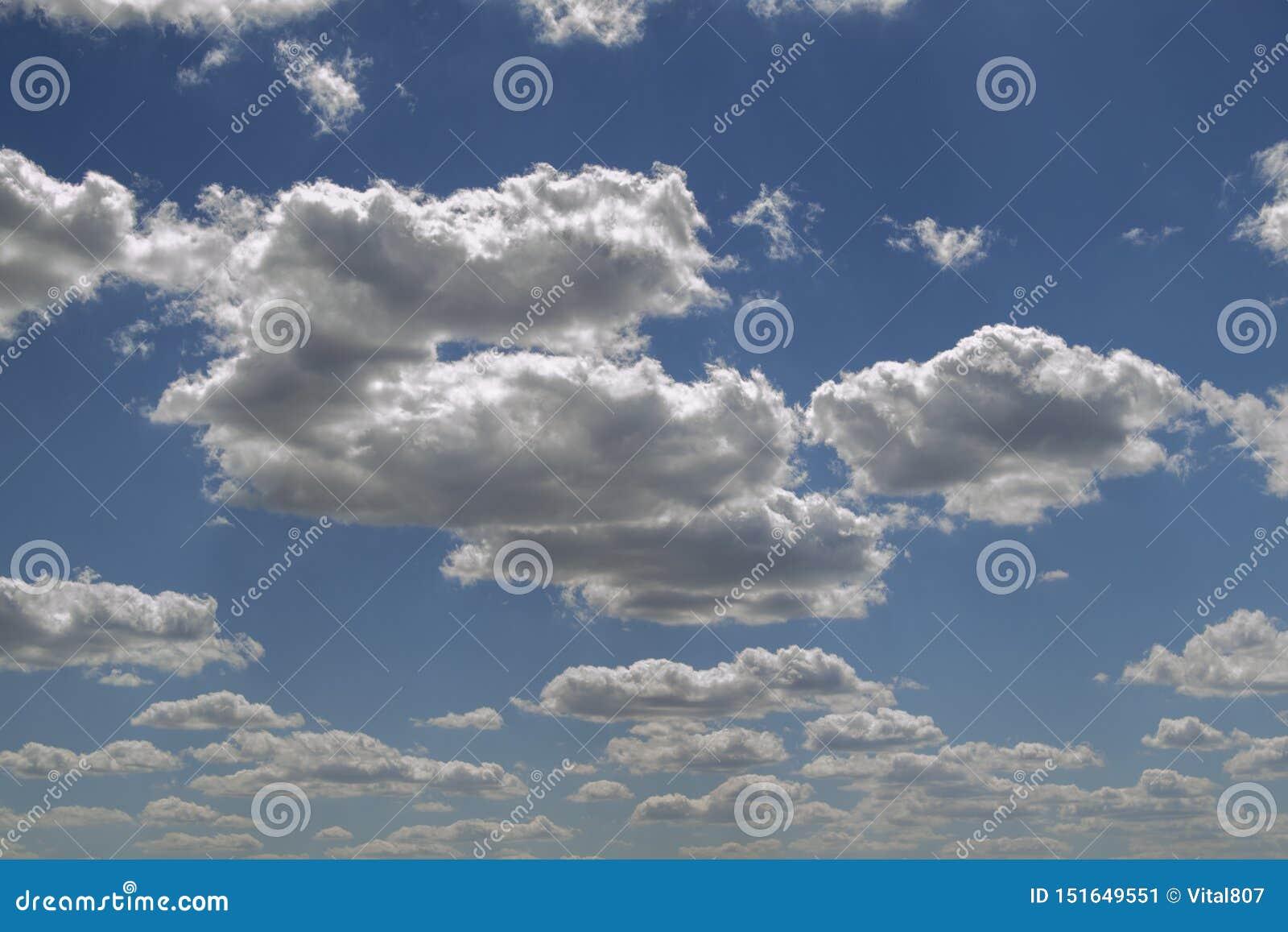Niebieskie niebo z bielu bujny i powietrza chmurami