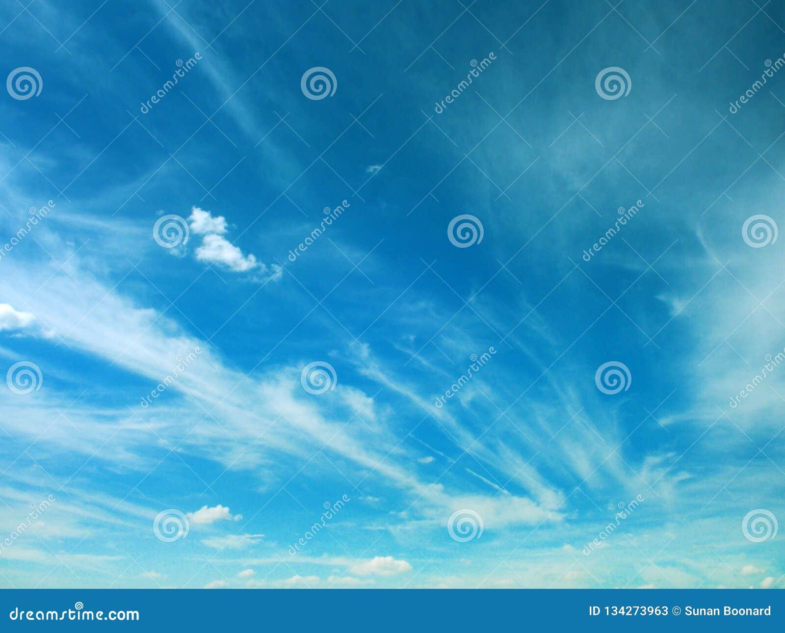 Niebieskie niebo z chmurą
